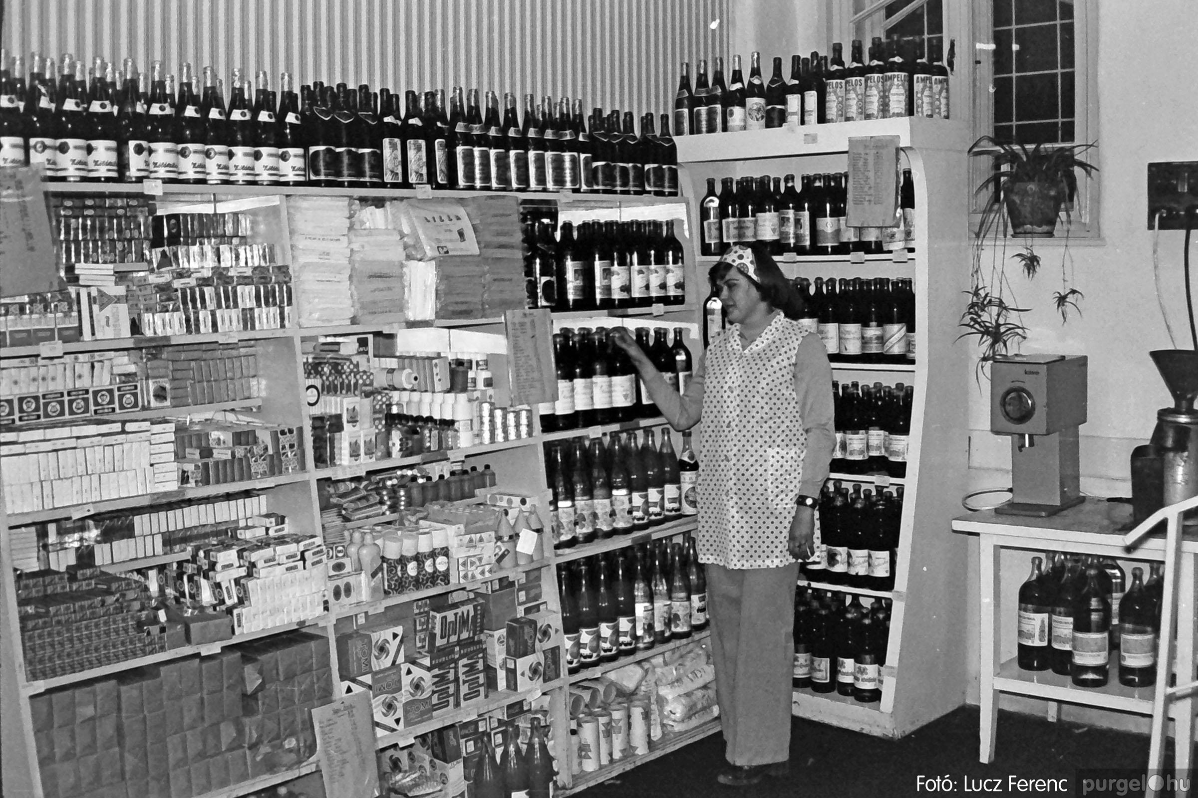 032. 1976. Önkiszolgáló a régi mozi helyén 002 - Fotó: Lucz Ferenc.jpg