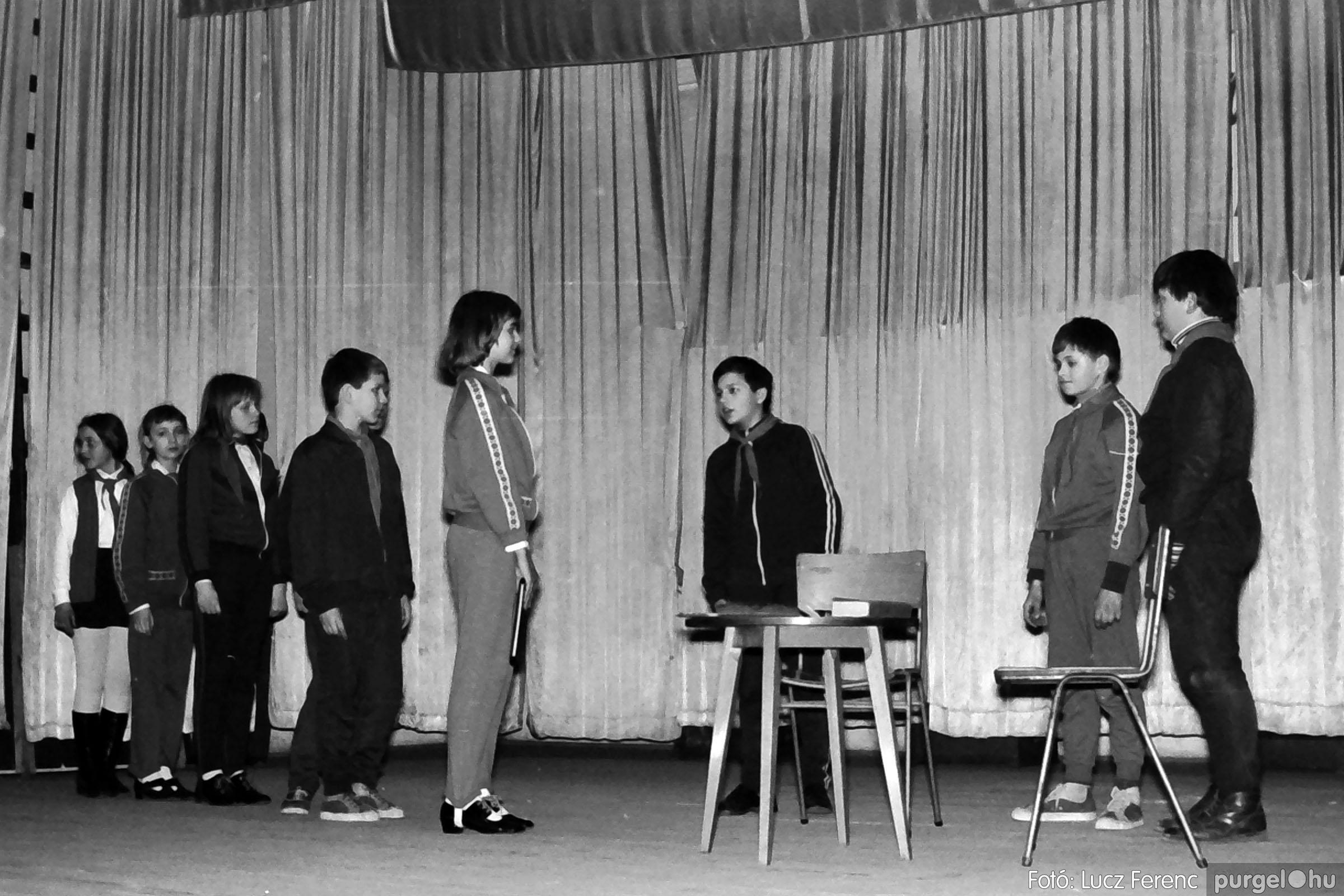 033. 1976. Diákrendezvény a kultúrházban 016 - Fotó: Lucz Ferenc.jpg