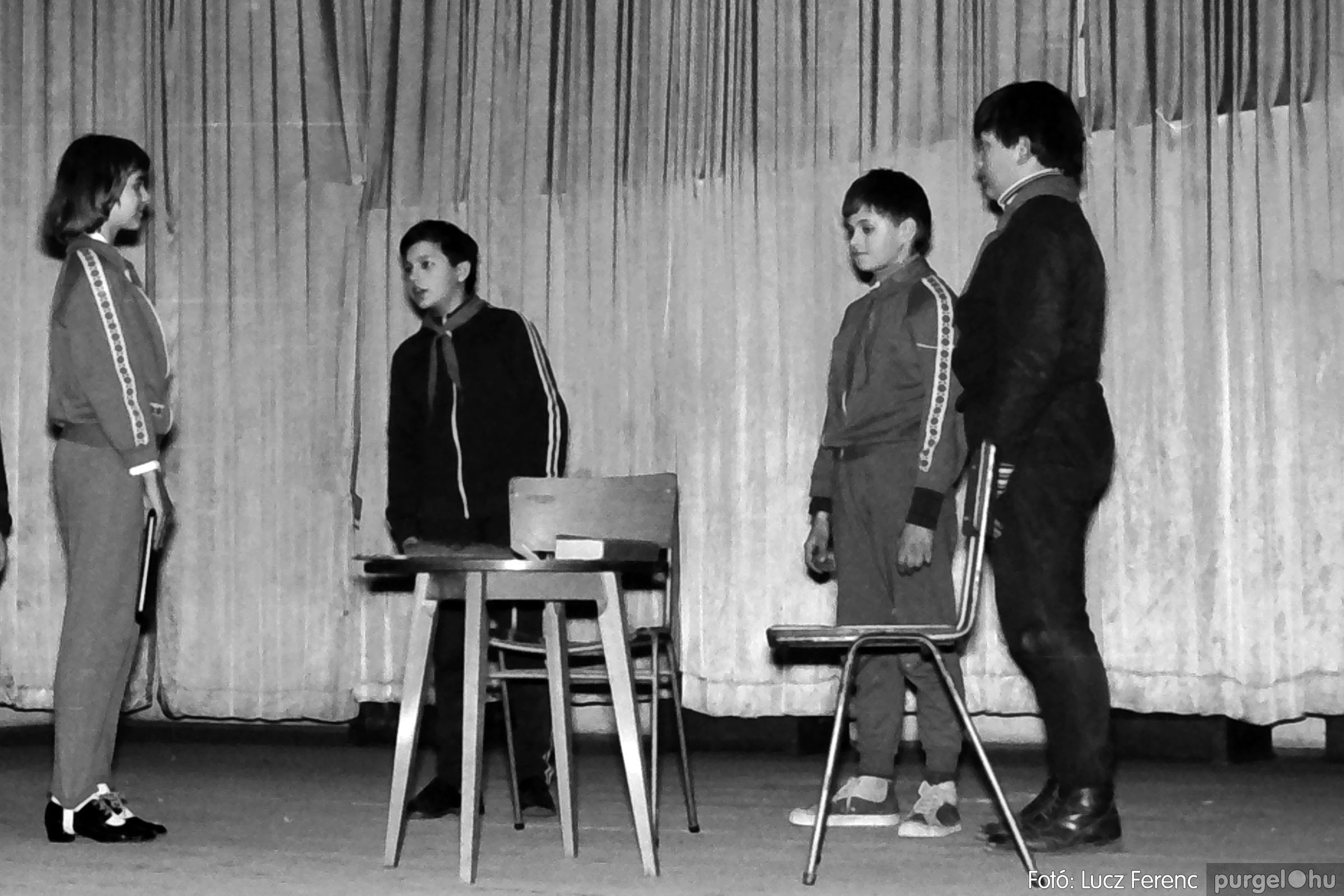 033. 1976. Diákrendezvény a kultúrházban 015 - Fotó: Lucz Ferenc.jpg