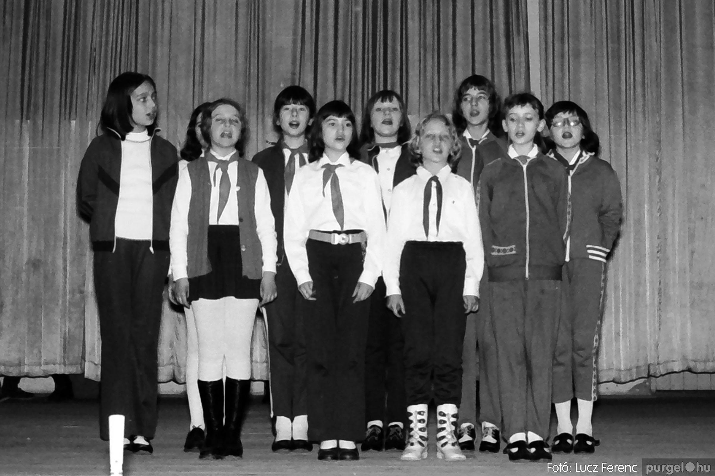 033. 1976. Diákrendezvény a kultúrházban 014 - Fotó: Lucz Ferenc.jpg