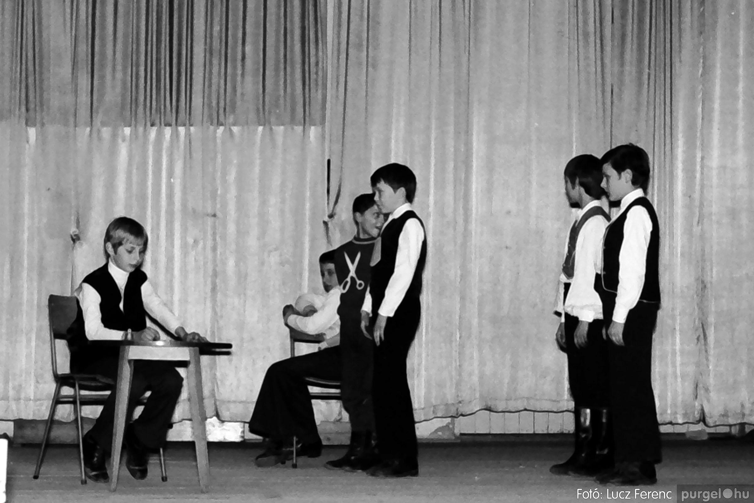 033. 1976. Diákrendezvény a kultúrházban 012 - Fotó: Lucz Ferenc.jpg