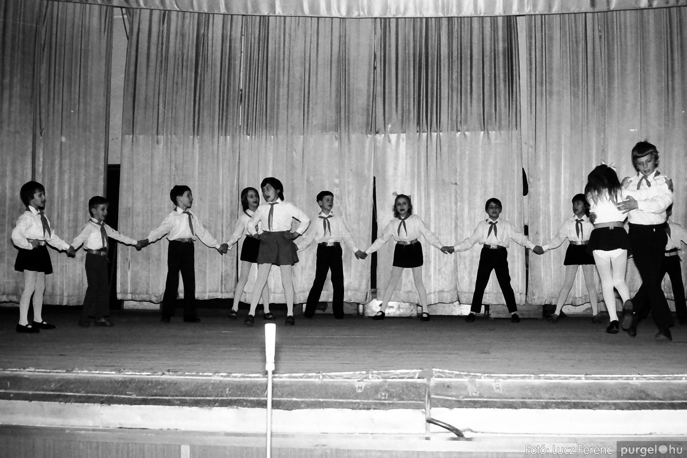 033. 1976. Diákrendezvény a kultúrházban 006 - Fotó: Lucz Ferenc.jpg