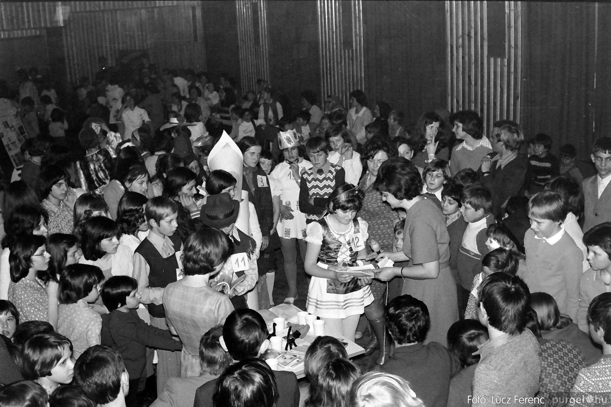 035. 1976. Iskolai farsang a kultúrházban 029 - Fotó: Lucz Ferenc.jpg