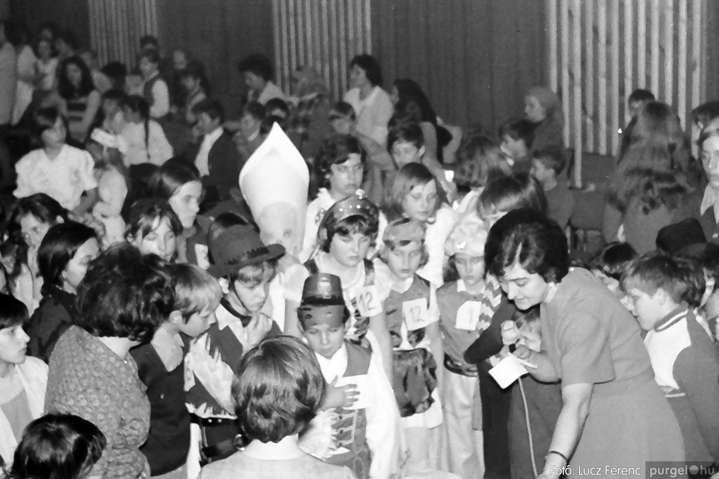 035. 1976. Iskolai farsang a kultúrházban 025 - Fotó: Lucz Ferenc.jpg