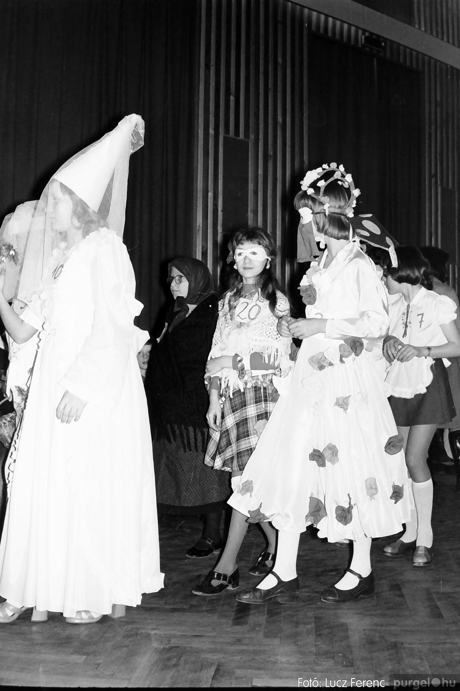 035. 1976. Iskolai farsang a kultúrházban 016 - Fotó: Lucz Ferenc.jpg