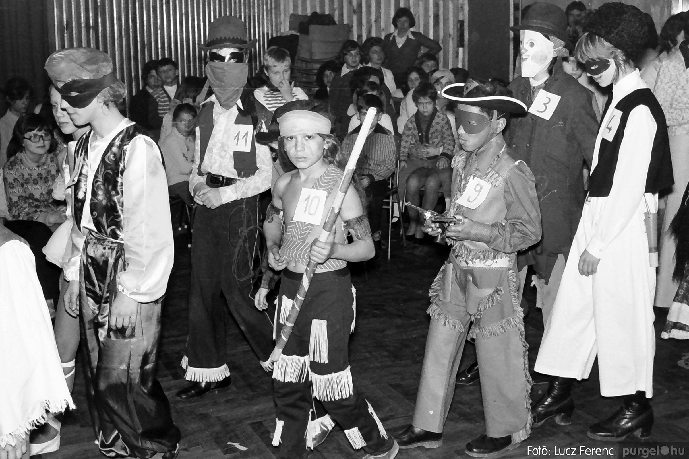 035. 1976. Iskolai farsang a kultúrházban 014 - Fotó: Lucz Ferenc.jpg