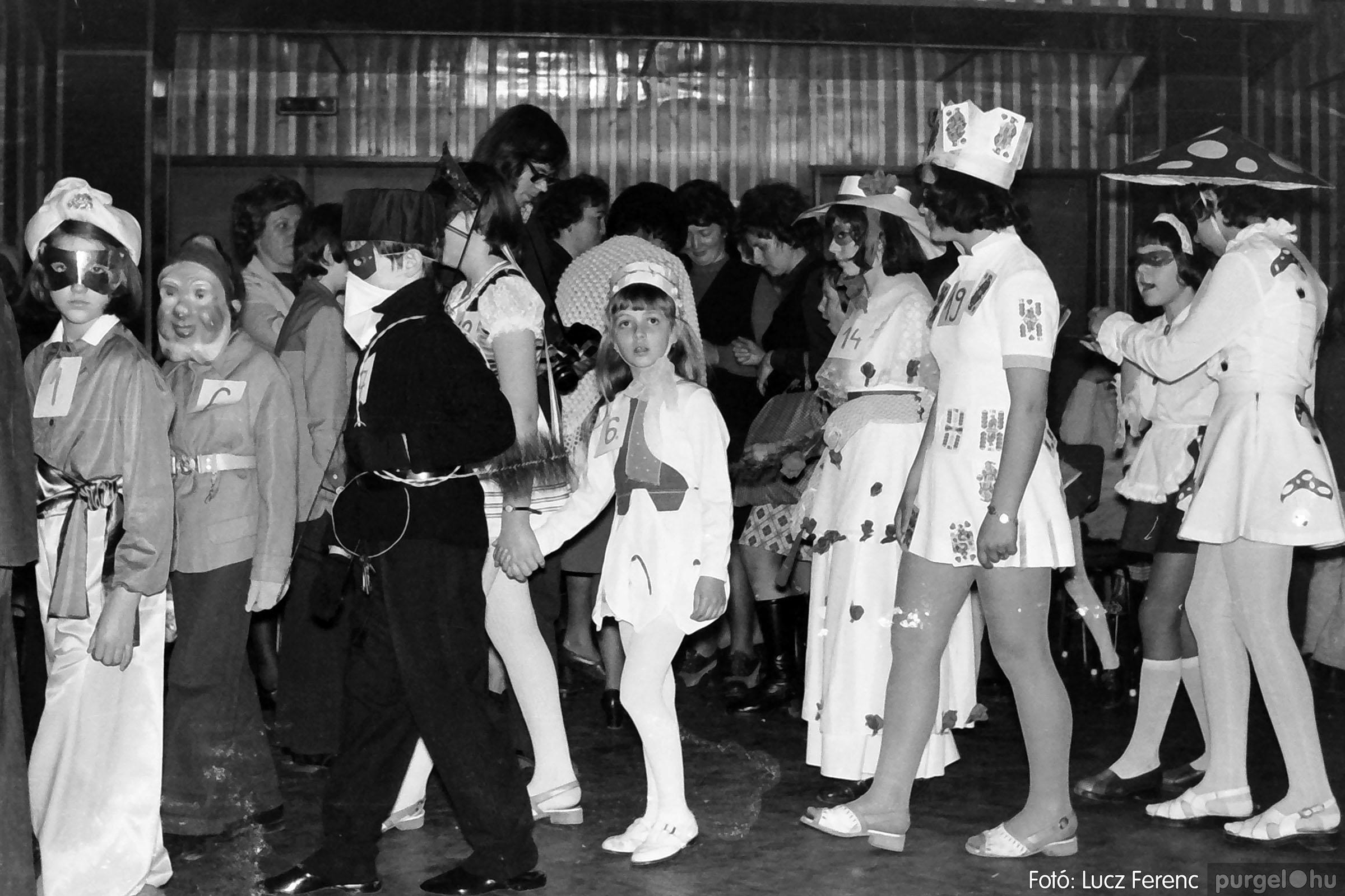 035. 1976. Iskolai farsang a kultúrházban 013 - Fotó: Lucz Ferenc.jpg