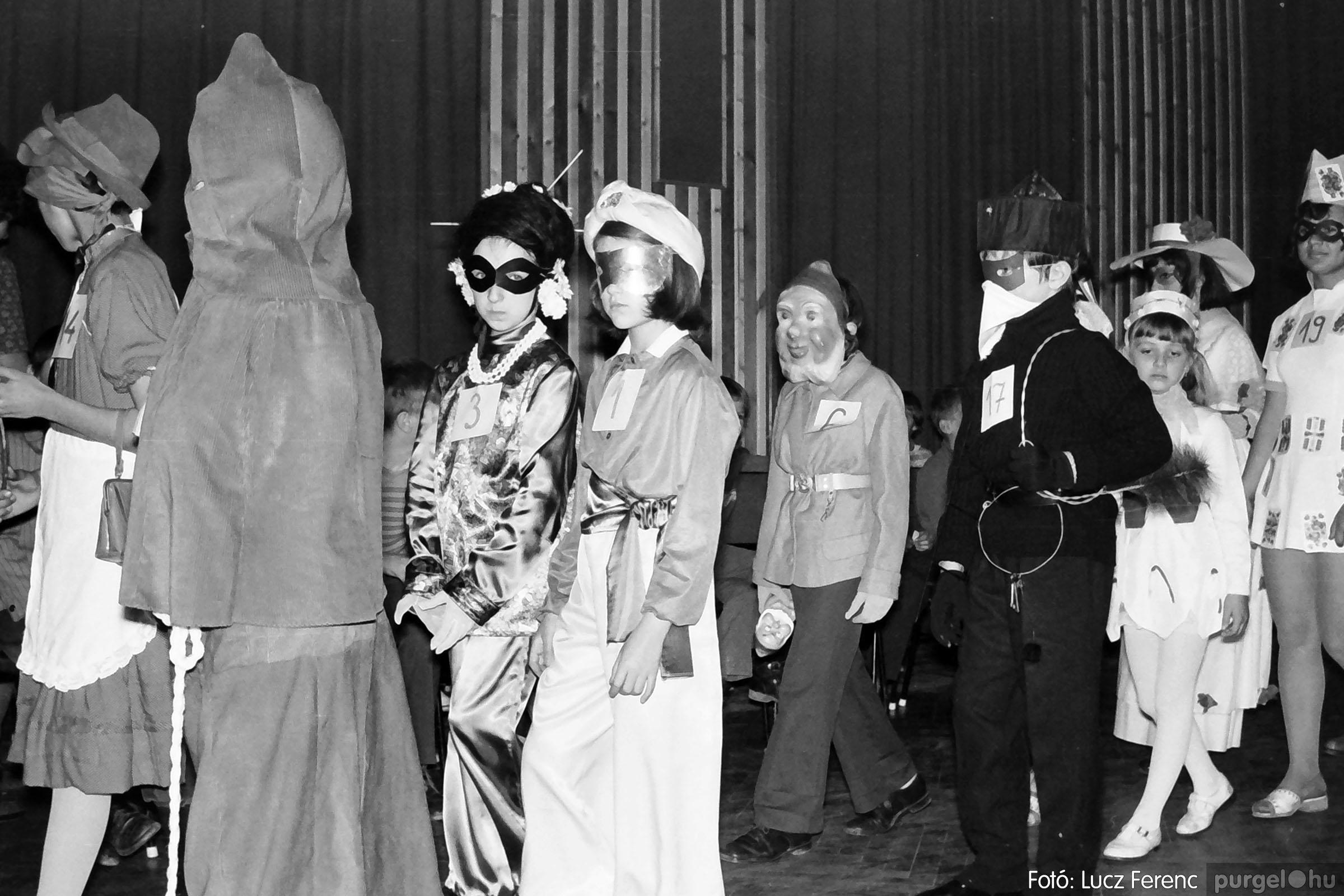 035. 1976. Iskolai farsang a kultúrházban 012 - Fotó: Lucz Ferenc.jpg
