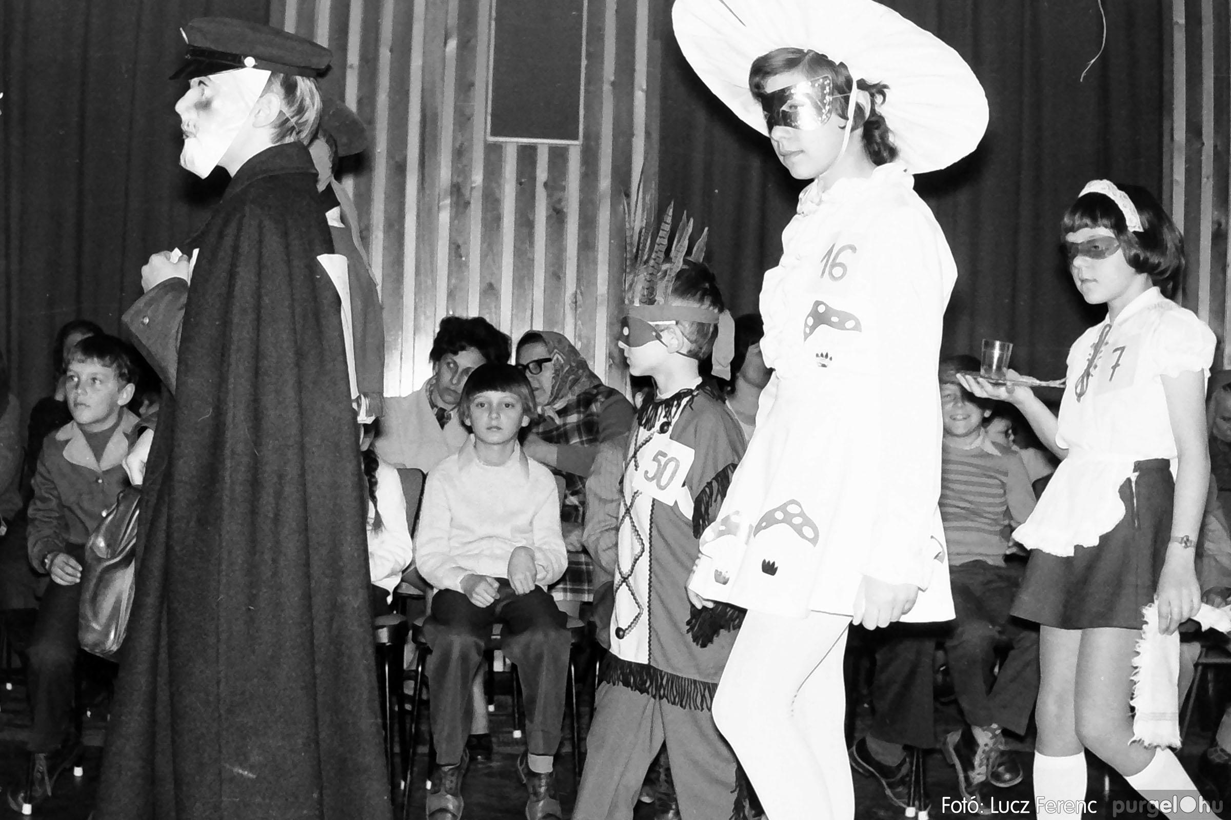 035. 1976. Iskolai farsang a kultúrházban 001 - Fotó: Lucz Ferenc.jpg