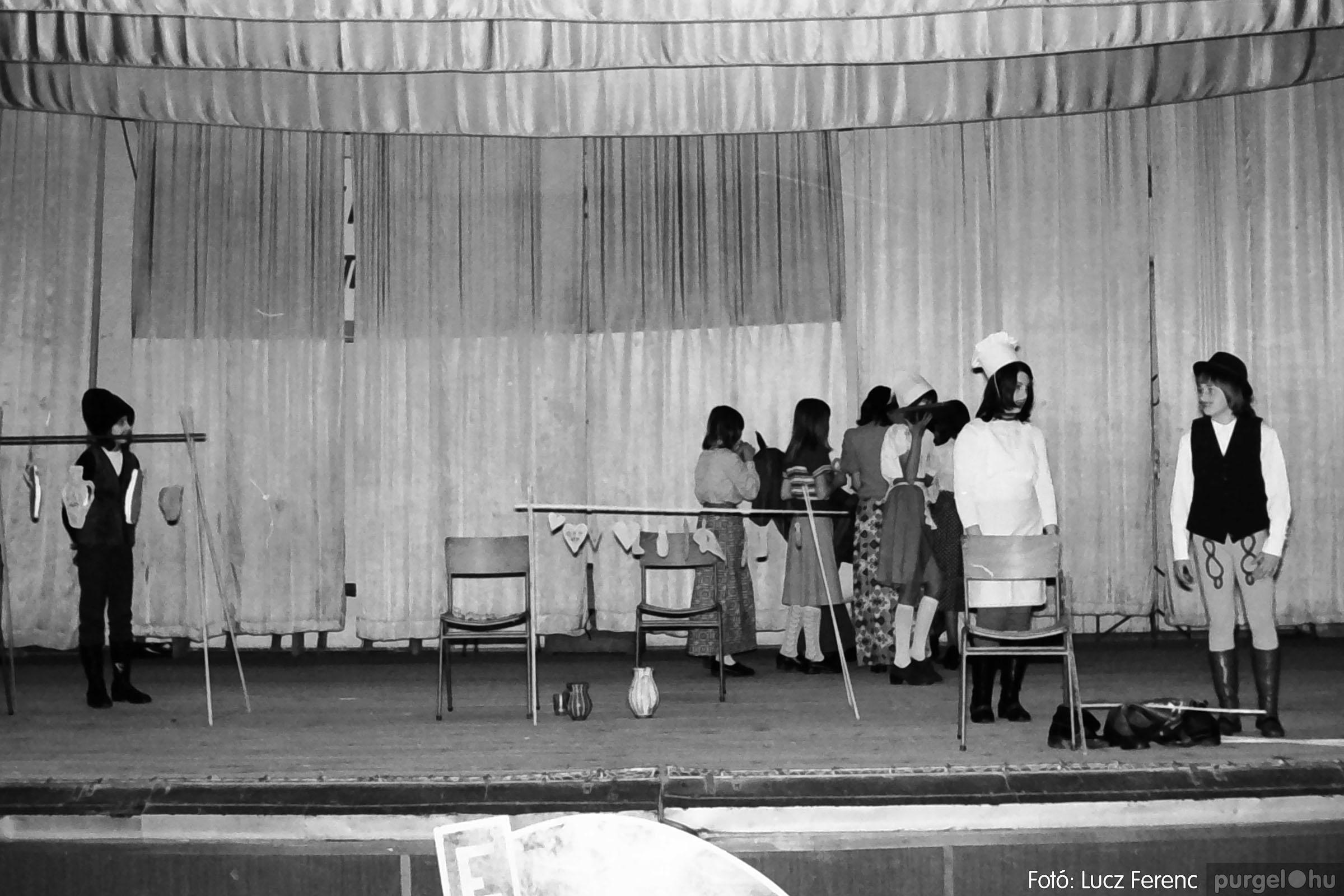 036-037. 1976. Diákprogram a kultúrházban 027 - Fotó: Lucz Ferenc.jpg
