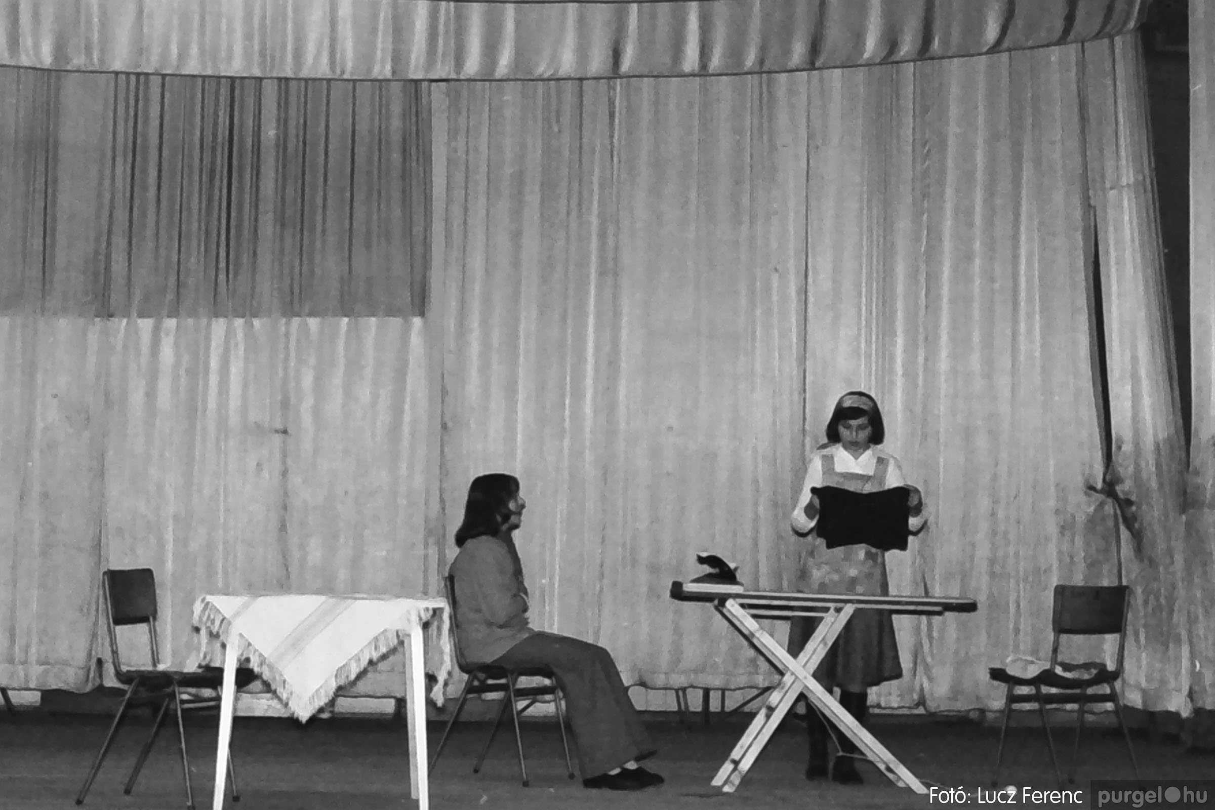 036-037. 1976. Diákprogram a kultúrházban 024 - Fotó: Lucz Ferenc.jpg