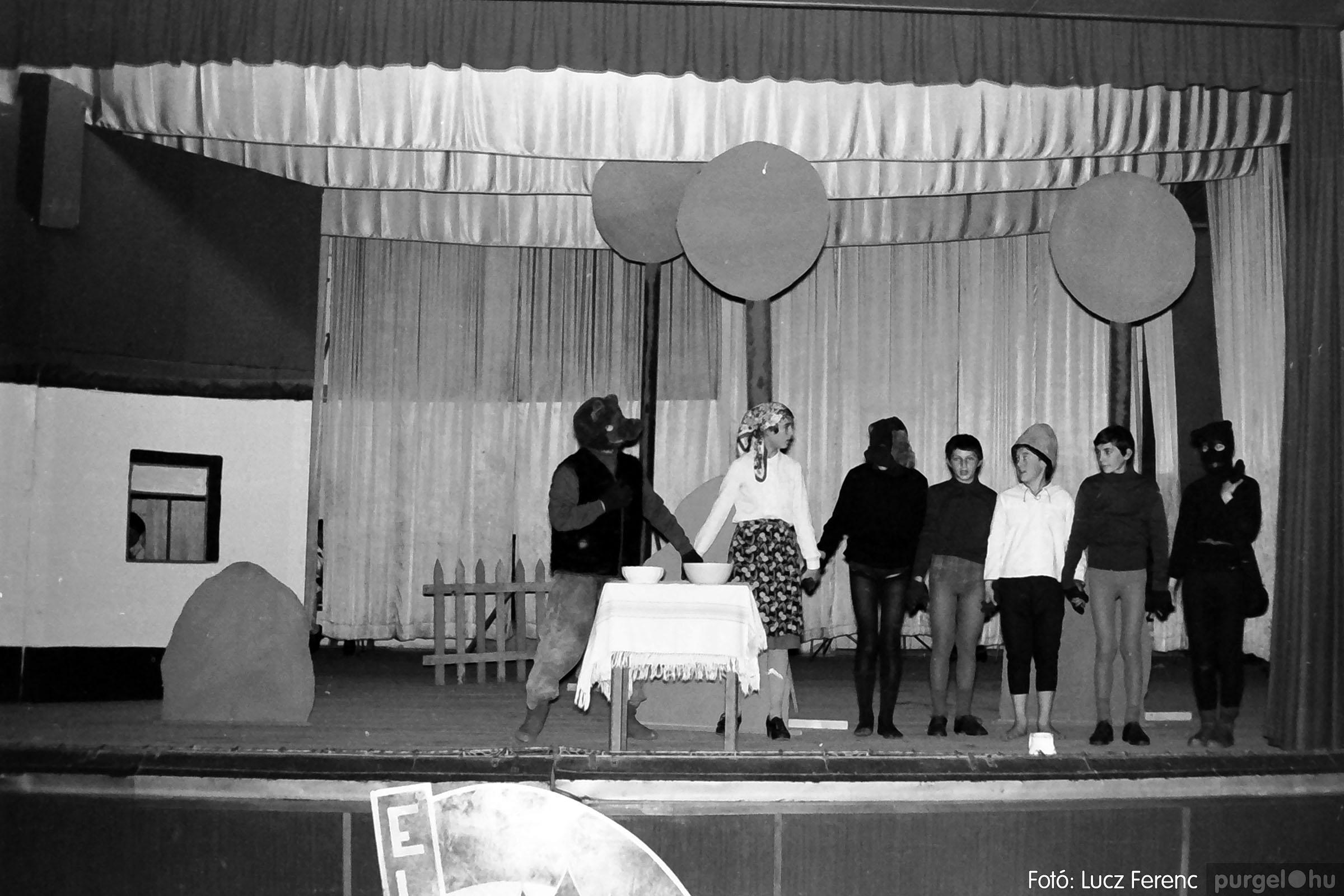 036-037. 1976. Diákprogram a kultúrházban 015 - Fotó: Lucz Ferenc.jpg
