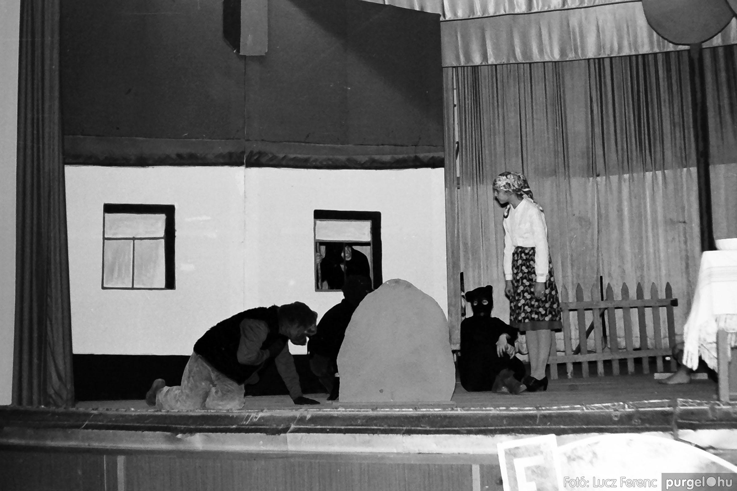 036-037. 1976. Diákprogram a kultúrházban 014 - Fotó: Lucz Ferenc.jpg