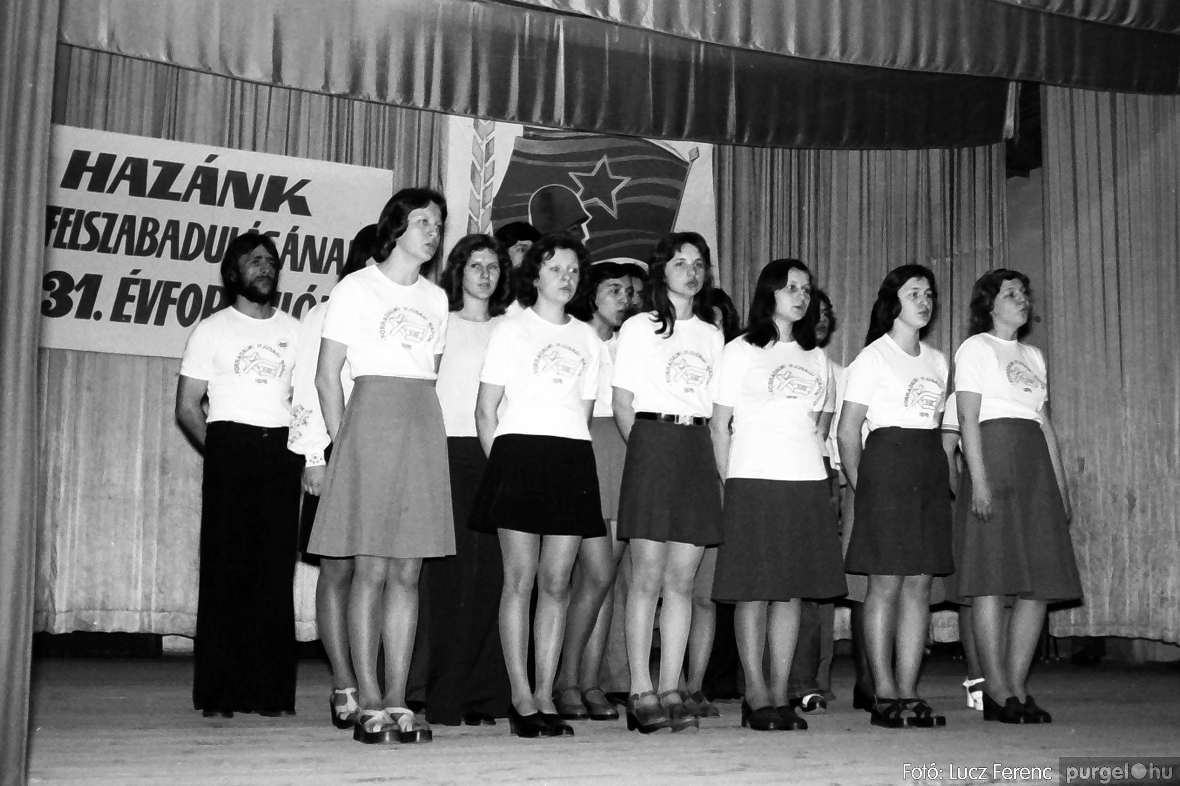 039. 1976.04.04. Április 4-i ünnepség a kultúrházban 022. - Fotó: Lucz Ferenc.jpg