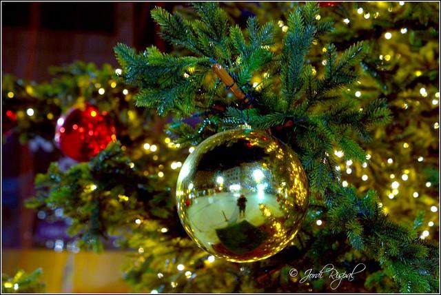 Reflexes en una bola de Nadal  ( Escaldes, Pt d´Andorra)