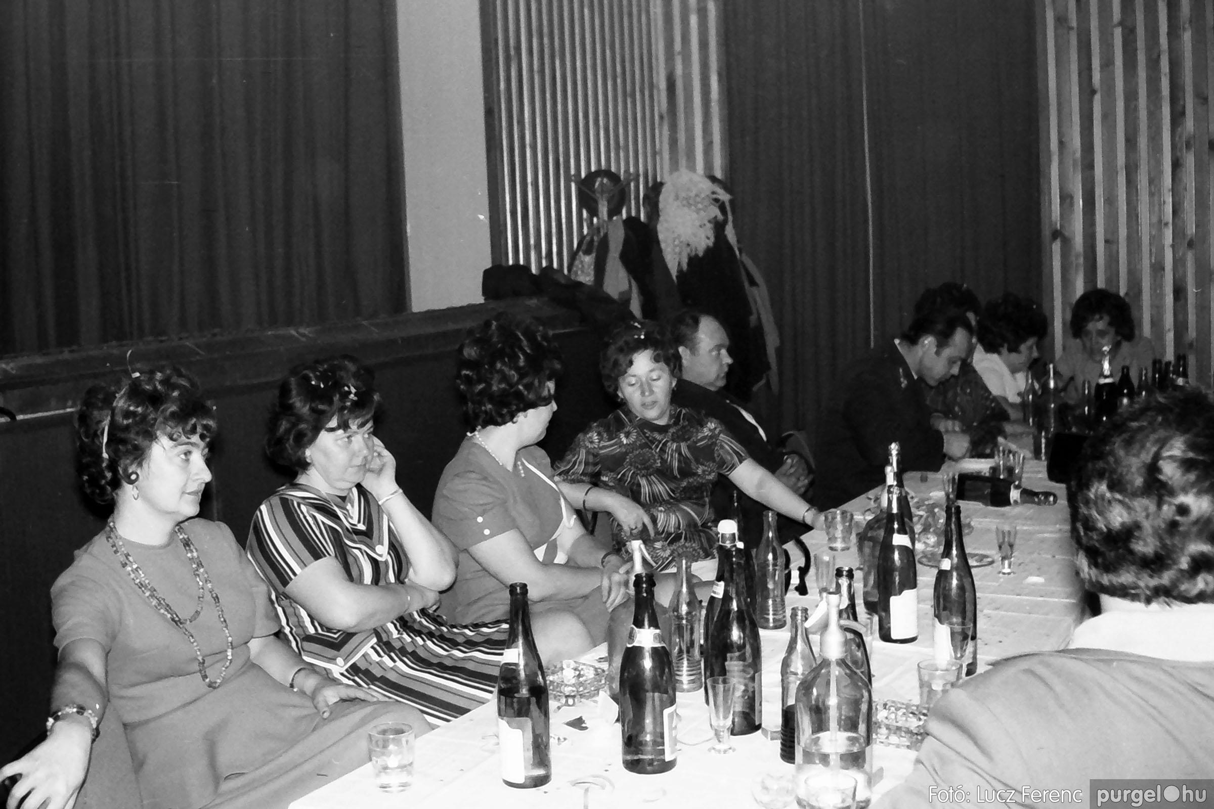 030. 1975.12.31. Szilveszter a kultúrházban 018 - Fotó: Lucz Ferenc.jpg