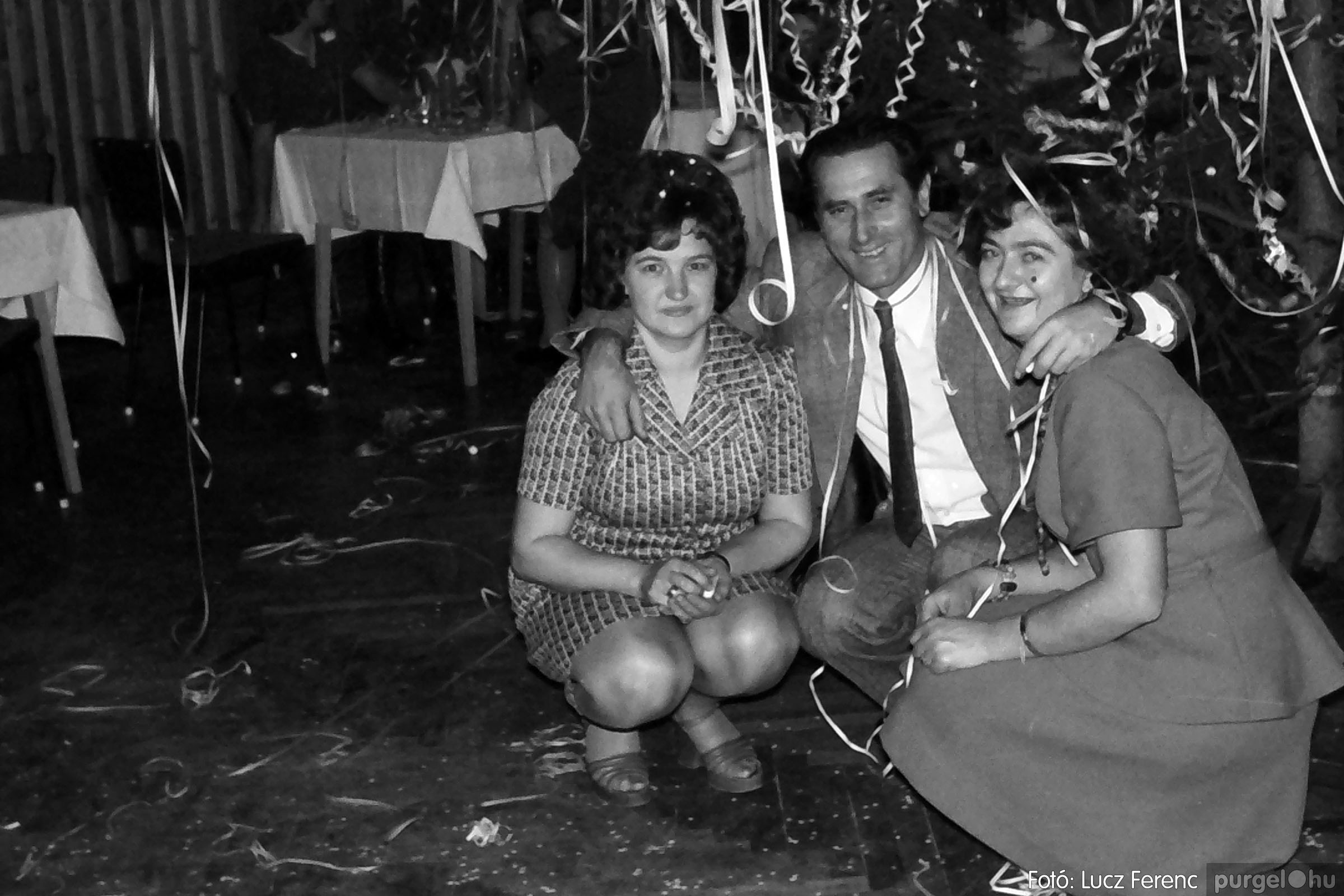 030. 1975.12.31. Szilveszter a kultúrházban 007 - Fotó: Lucz Ferenc.jpg