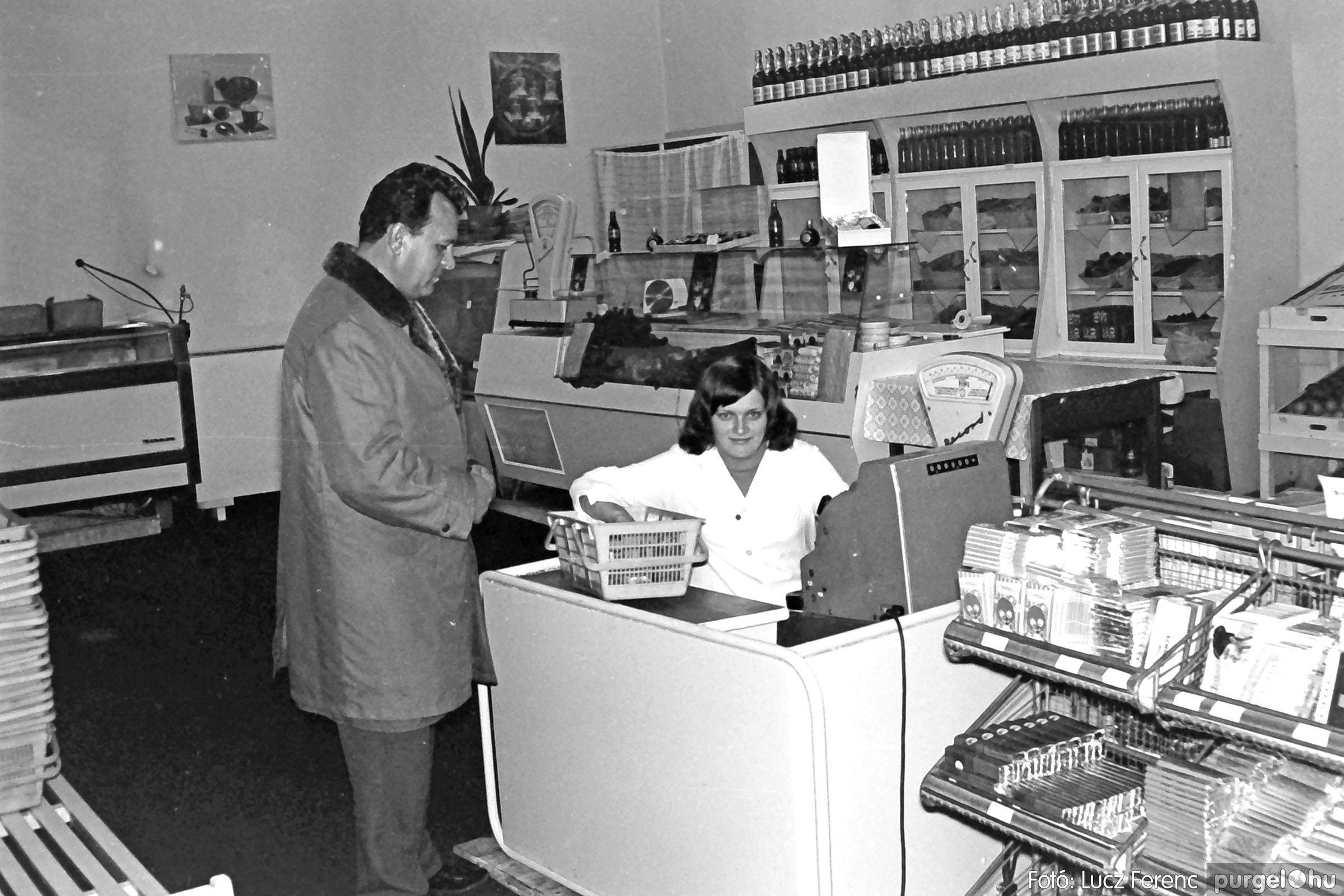 032. 1976. Önkiszolgáló a régi mozi helyén 005 - Fotó: Lucz Ferenc.jpg