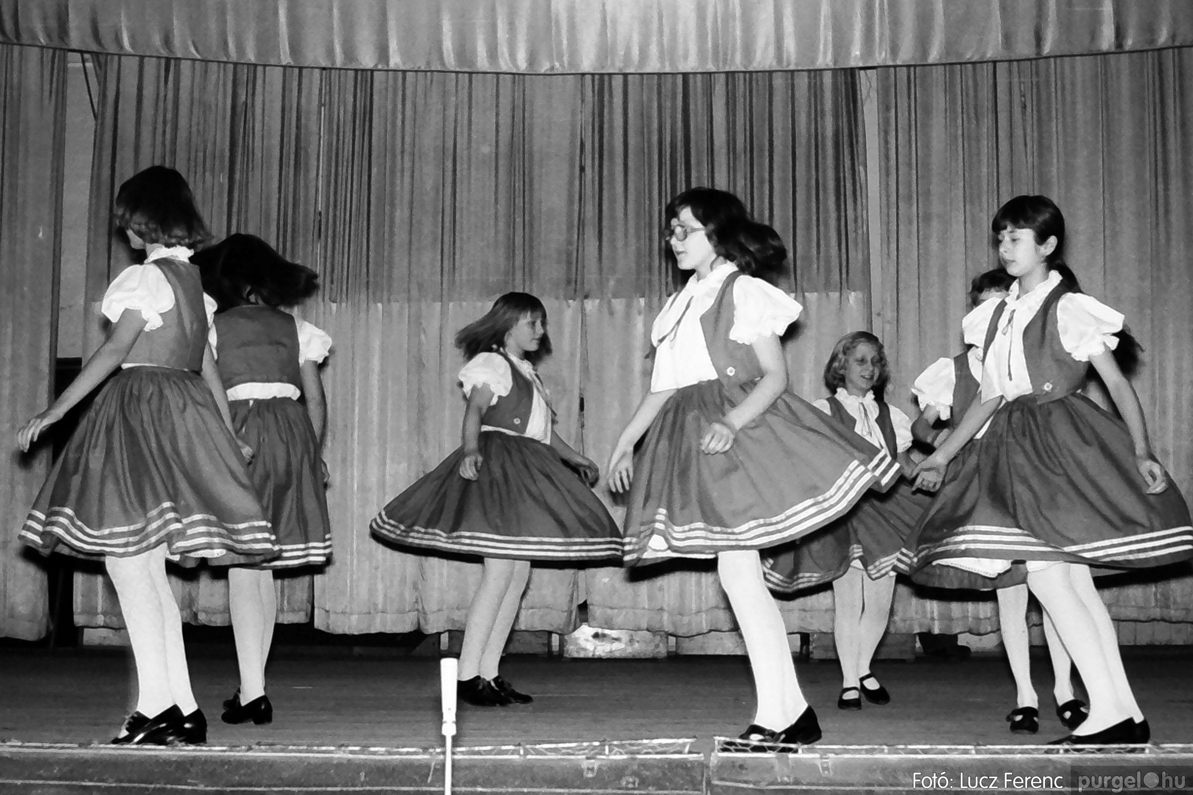 033. 1976. Diákrendezvény a kultúrházban 007 - Fotó: Lucz Ferenc.jpg