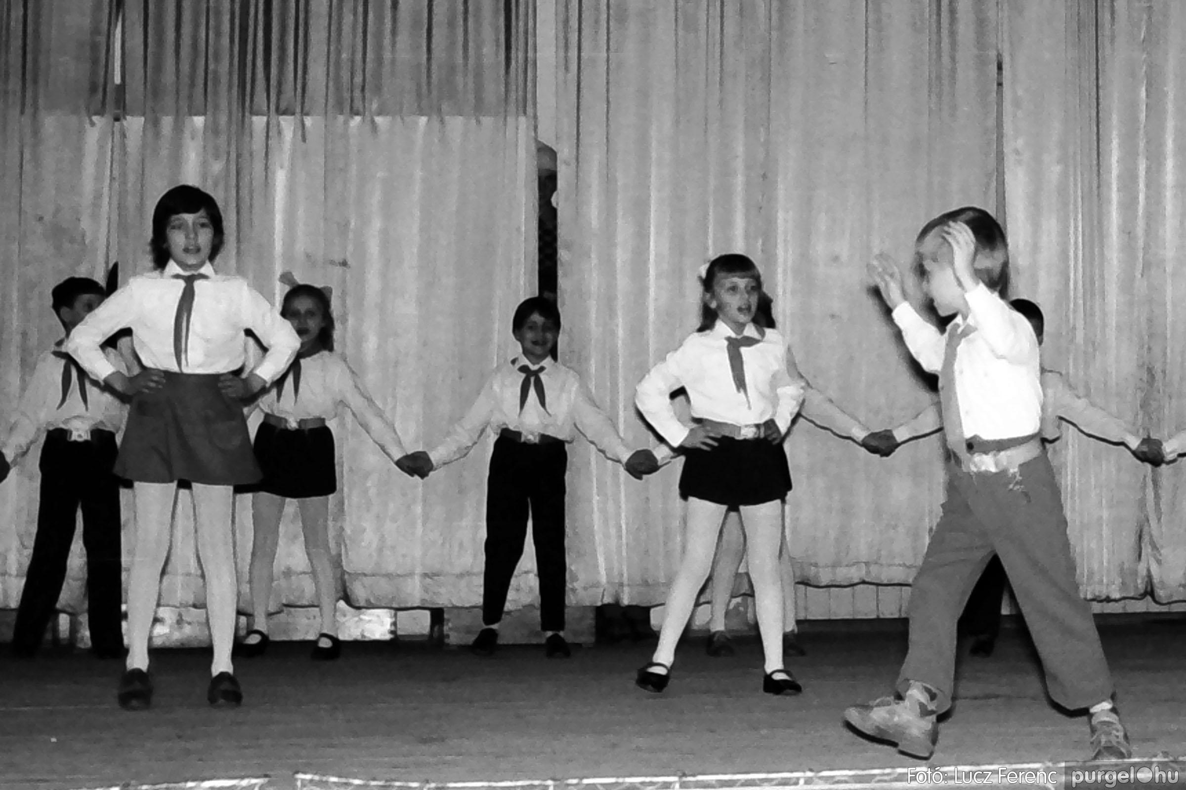 033. 1976. Diákrendezvény a kultúrházban 005 - Fotó: Lucz Ferenc.jpg