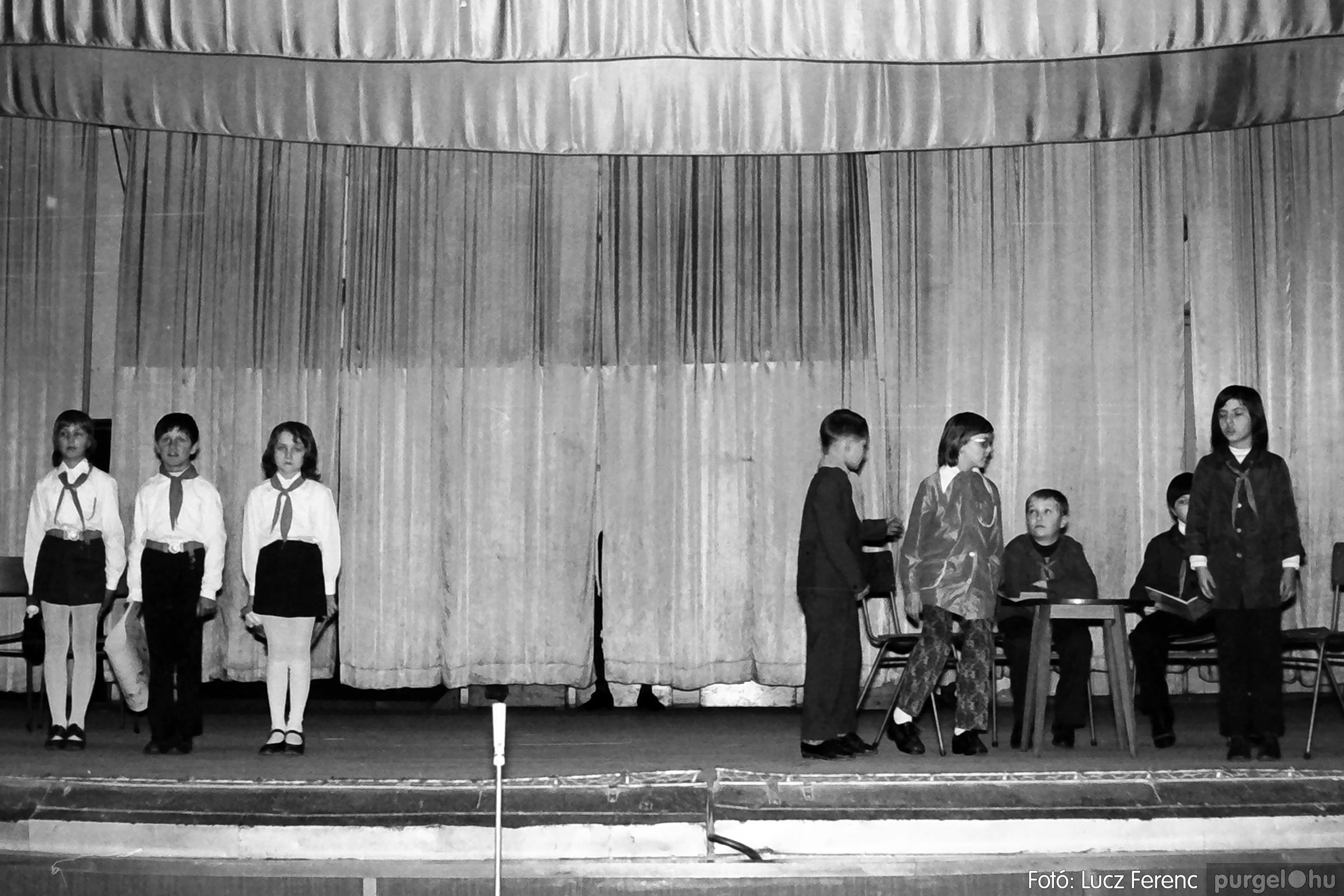 033. 1976. Diákrendezvény a kultúrházban 003 - Fotó: Lucz Ferenc.jpg