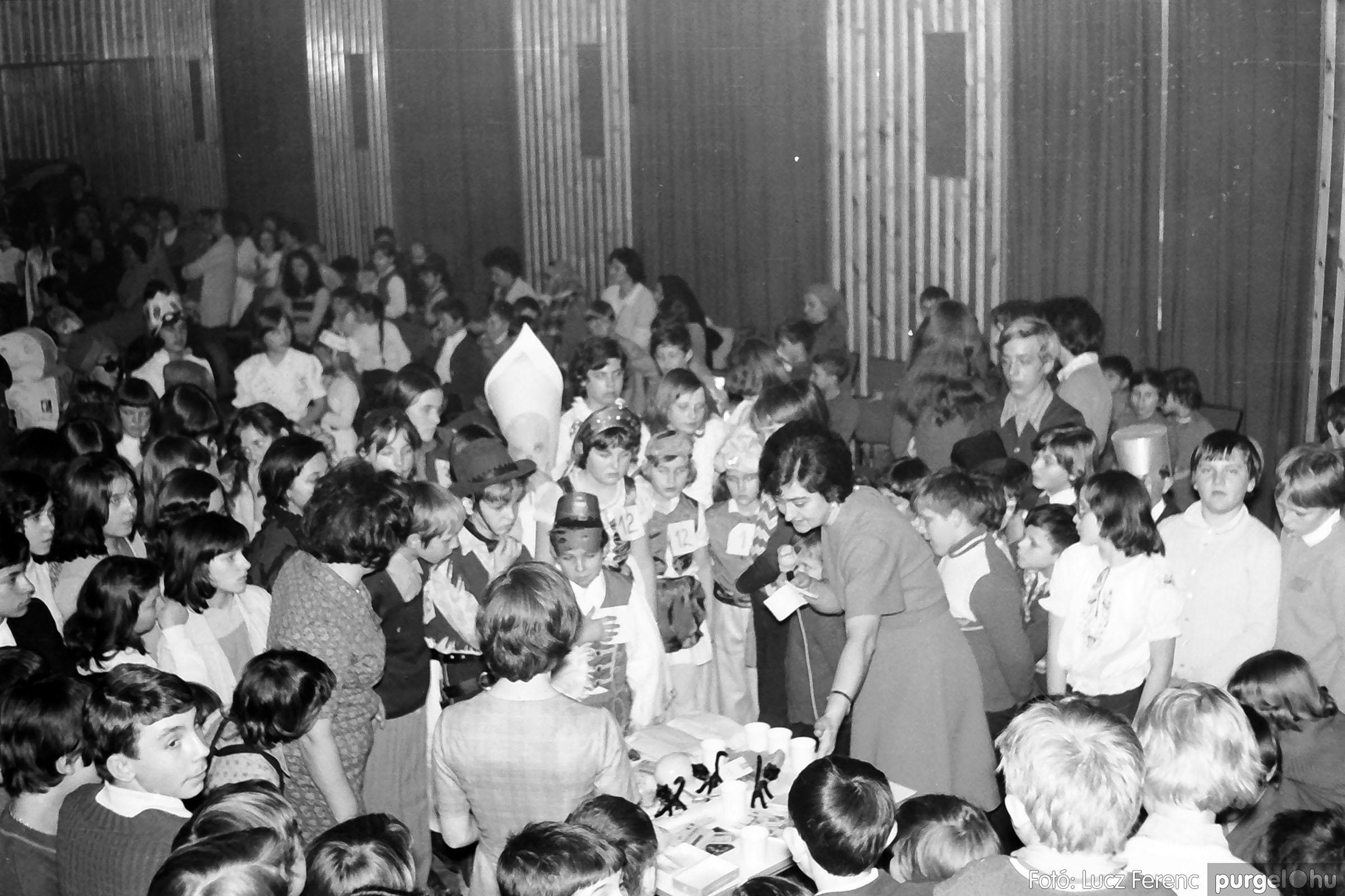 035. 1976. Iskolai farsang a kultúrházban 026 - Fotó: Lucz Ferenc.jpg