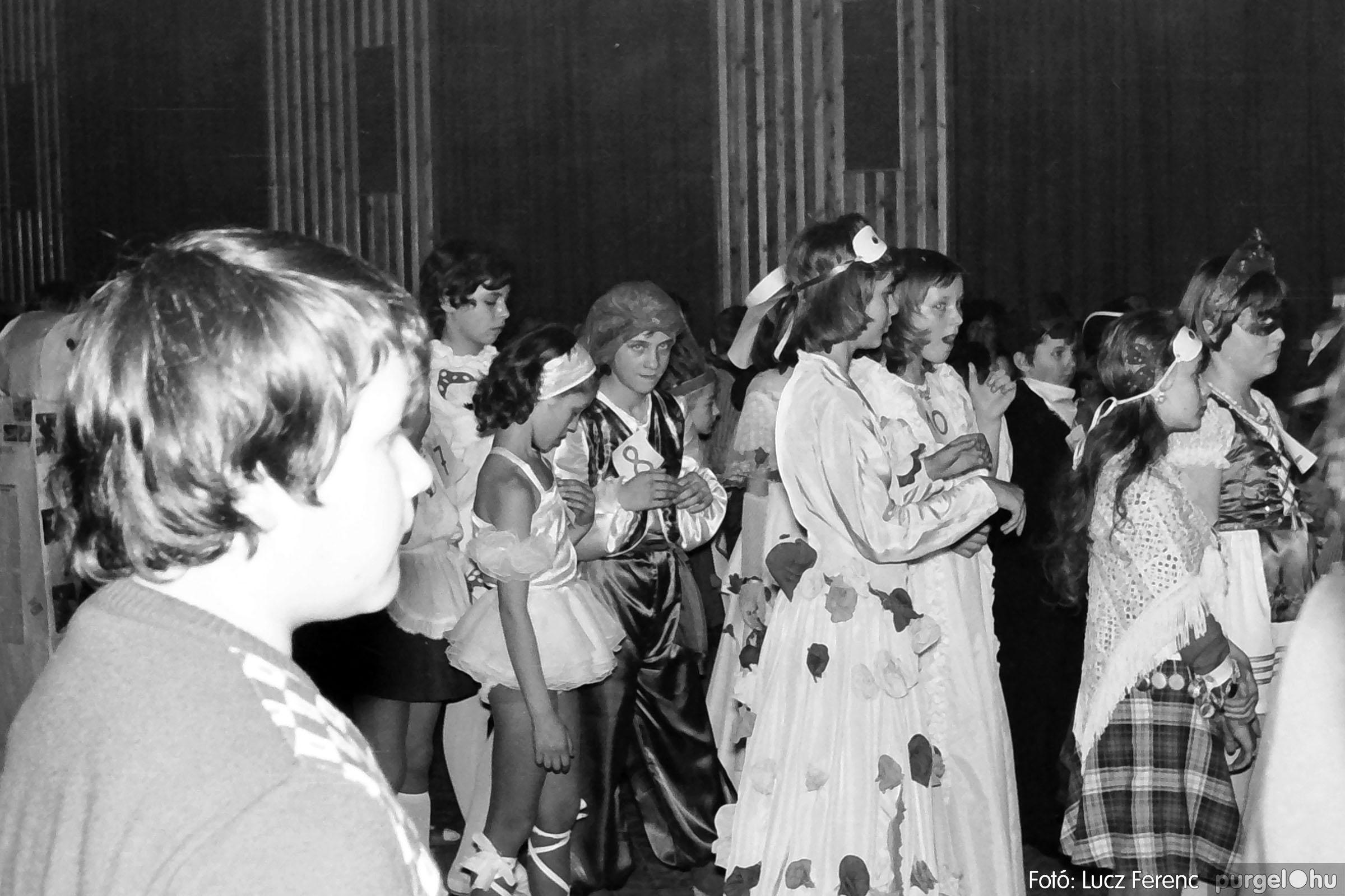 035. 1976. Iskolai farsang a kultúrházban 024 - Fotó: Lucz Ferenc.jpg
