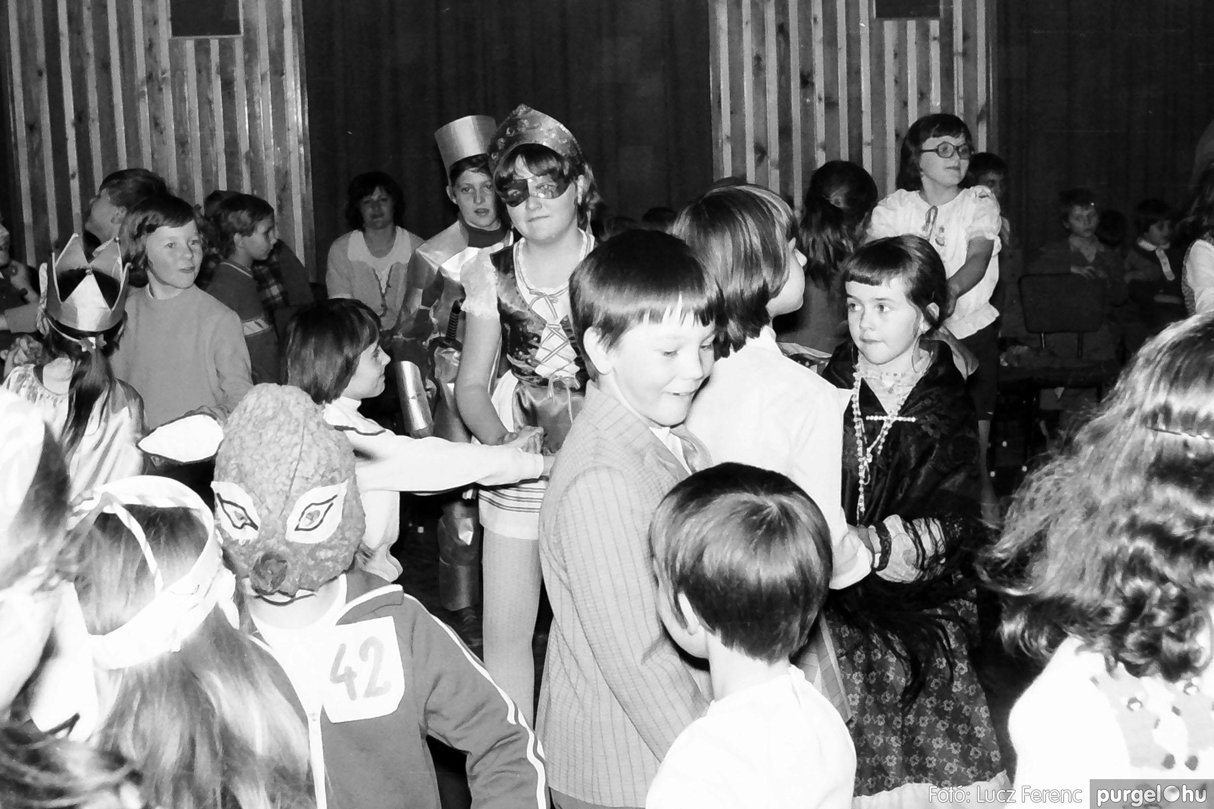 035. 1976. Iskolai farsang a kultúrházban 020 - Fotó: Lucz Ferenc.jpg
