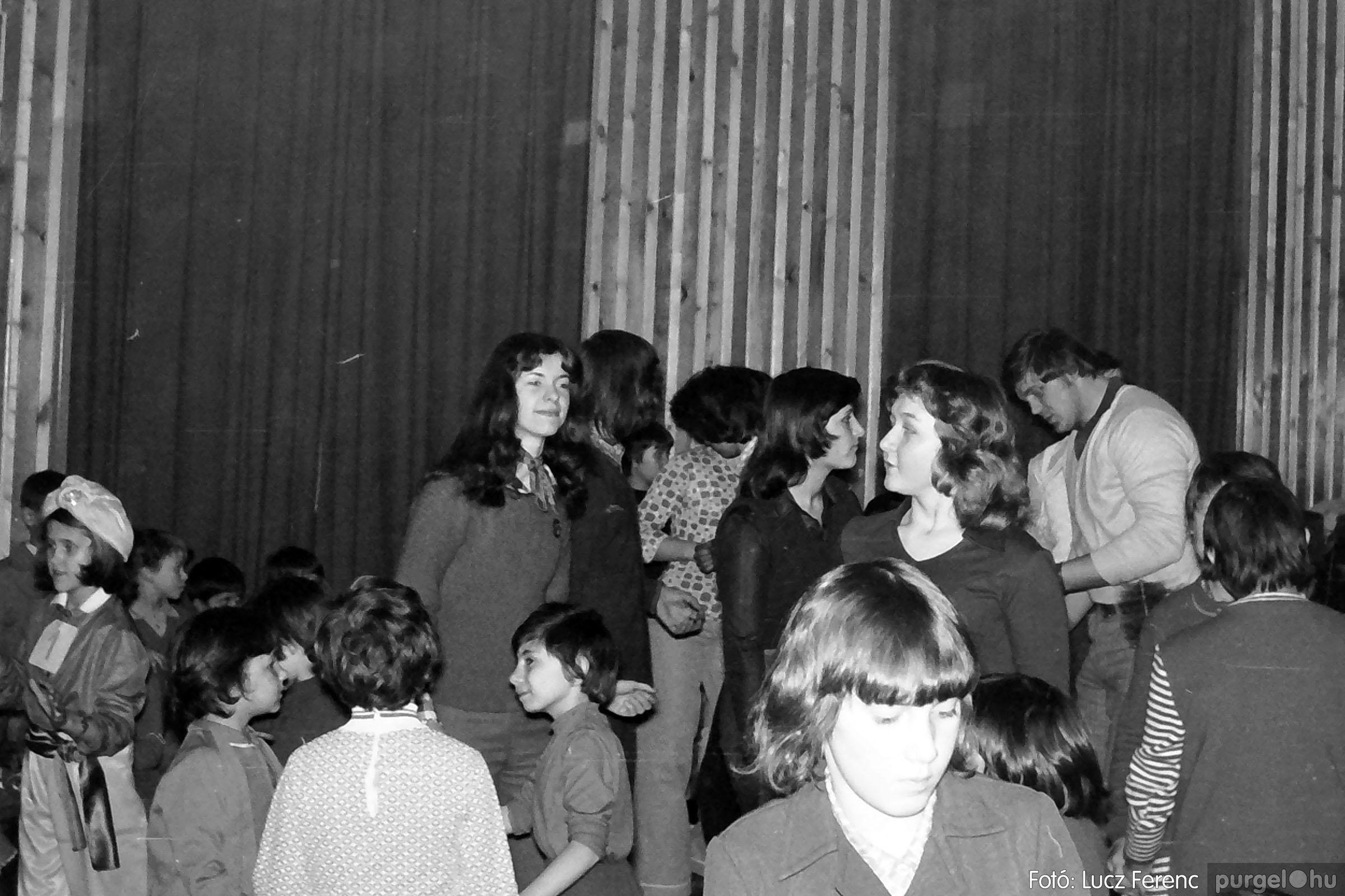 035. 1976. Iskolai farsang a kultúrházban 019 - Fotó: Lucz Ferenc.jpg