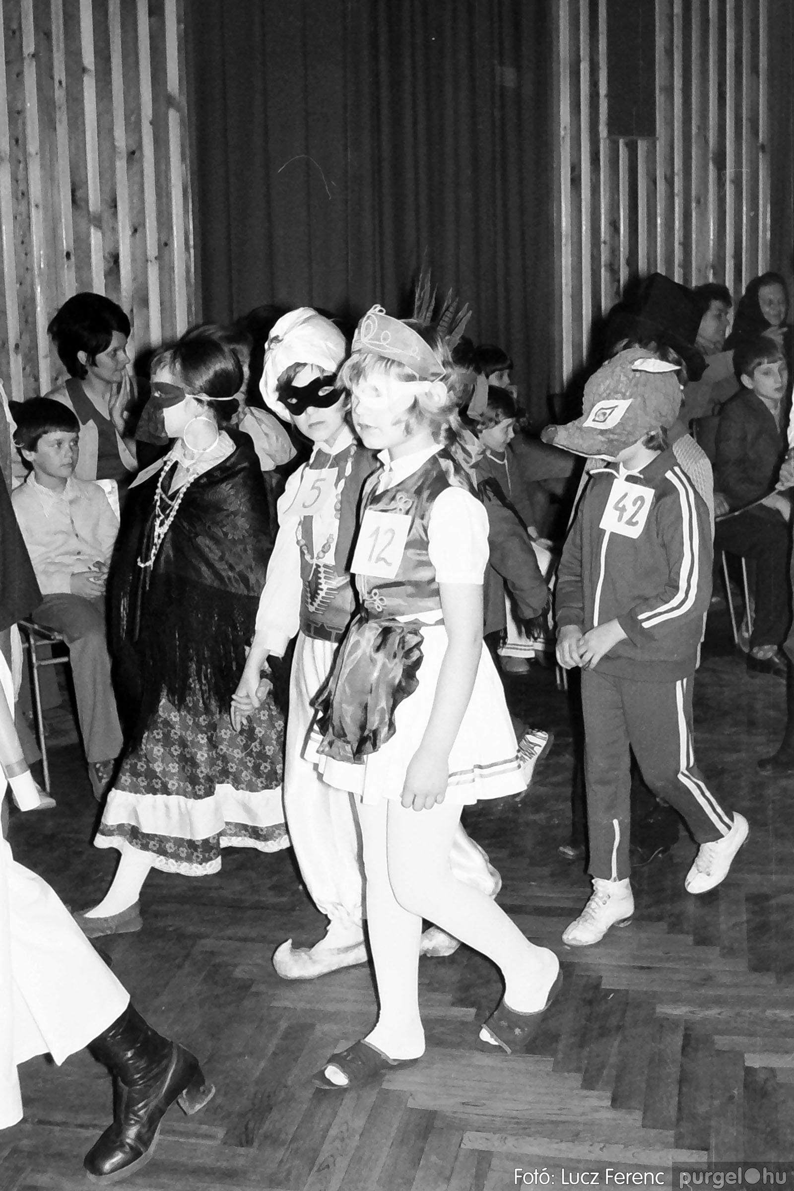 035. 1976. Iskolai farsang a kultúrházban 011 - Fotó: Lucz Ferenc.jpg