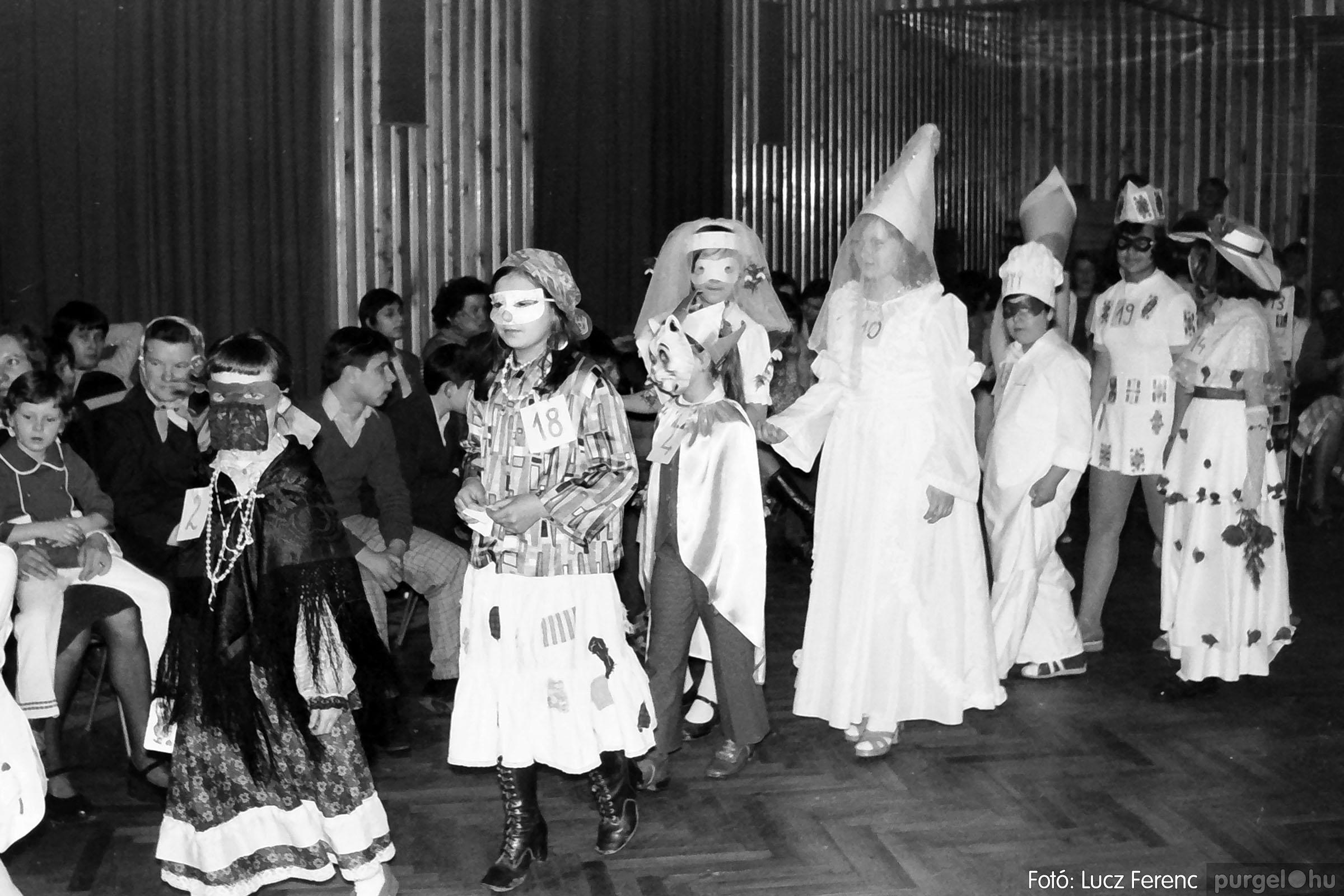 035. 1976. Iskolai farsang a kultúrházban 004 - Fotó: Lucz Ferenc.jpg