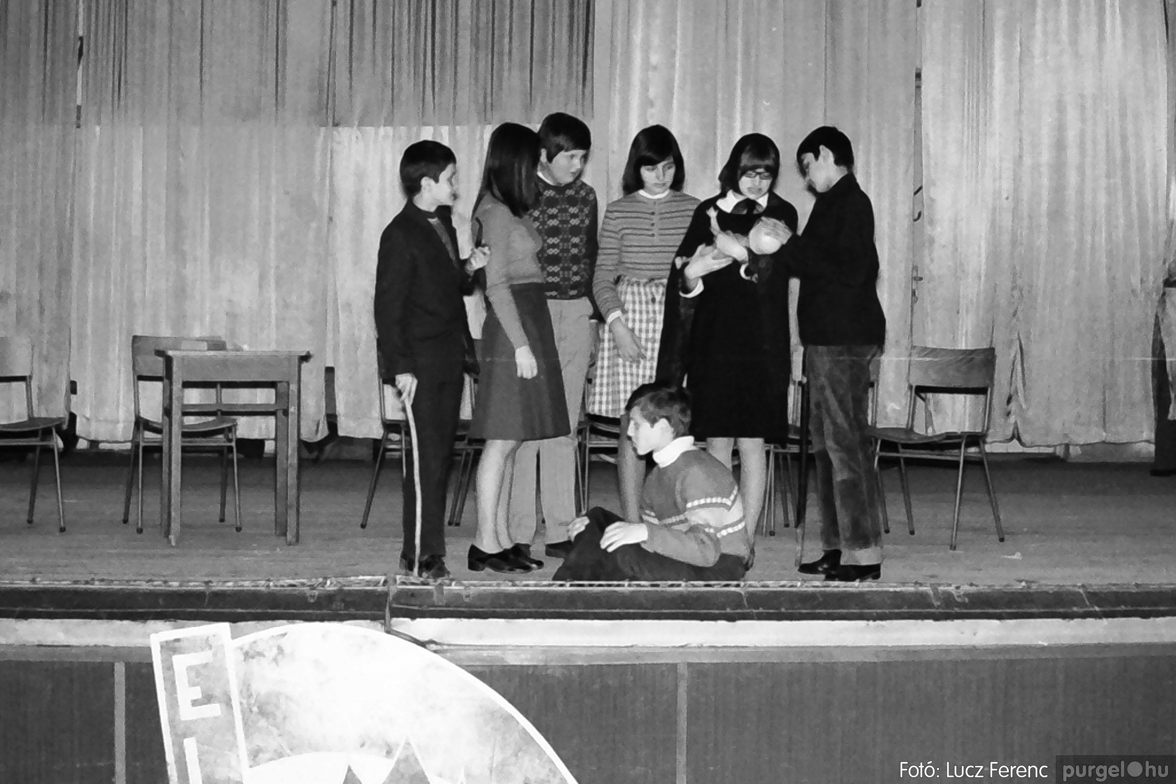 036-037. 1976. Diákprogram a kultúrházban 030 - Fotó: Lucz Ferenc.jpg