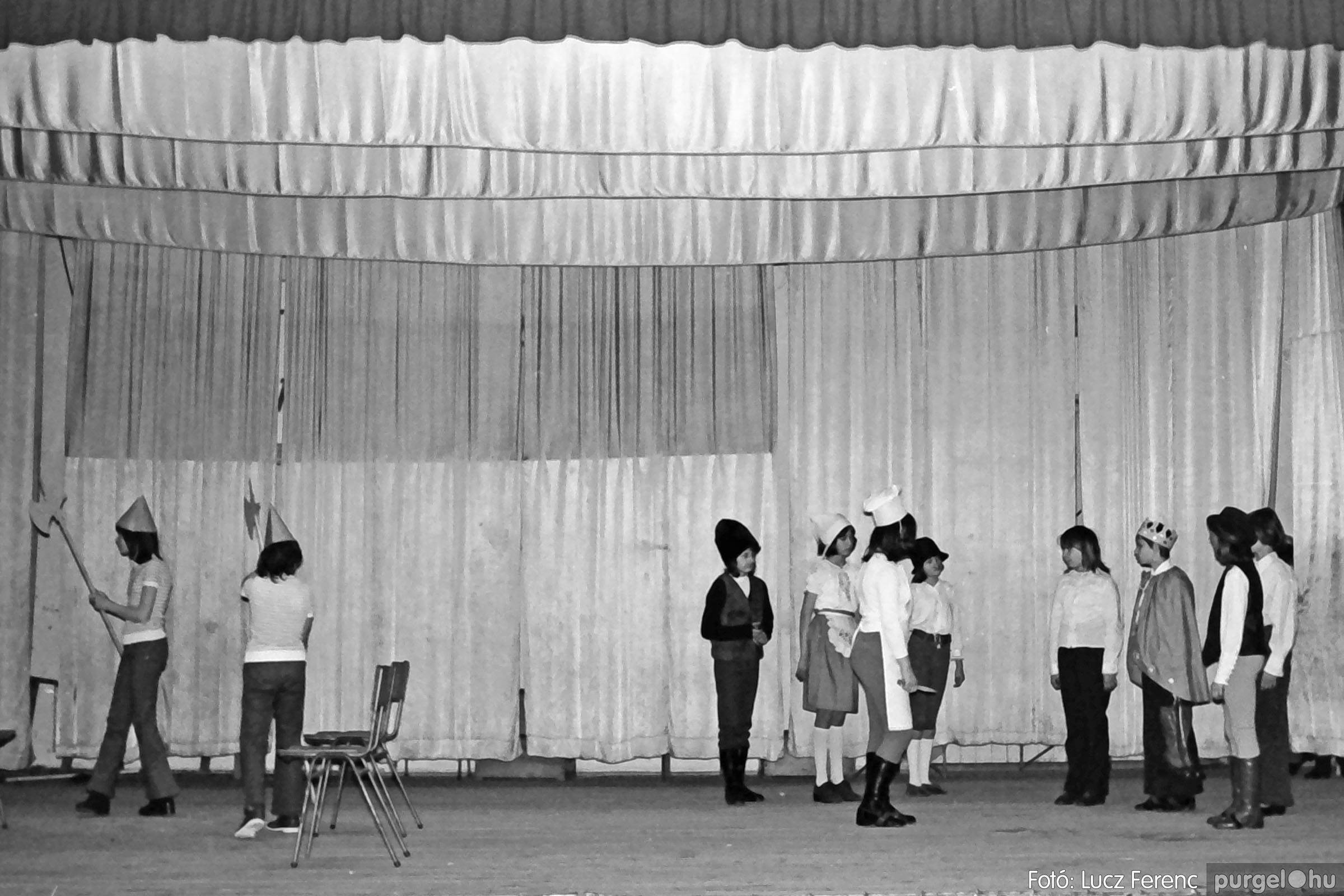036-037. 1976. Diákprogram a kultúrházban 029 - Fotó: Lucz Ferenc.jpg