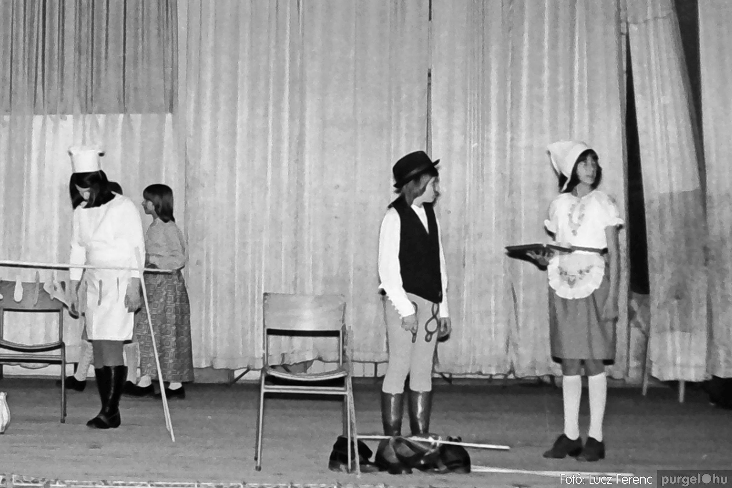 036-037. 1976. Diákprogram a kultúrházban 028 - Fotó: Lucz Ferenc.jpg