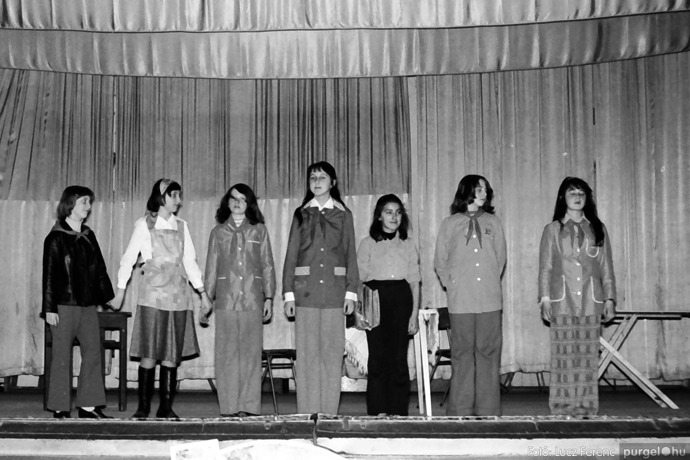 036-037. 1976. Diákprogram a kultúrházban 025 - Fotó: Lucz Ferenc.jpg