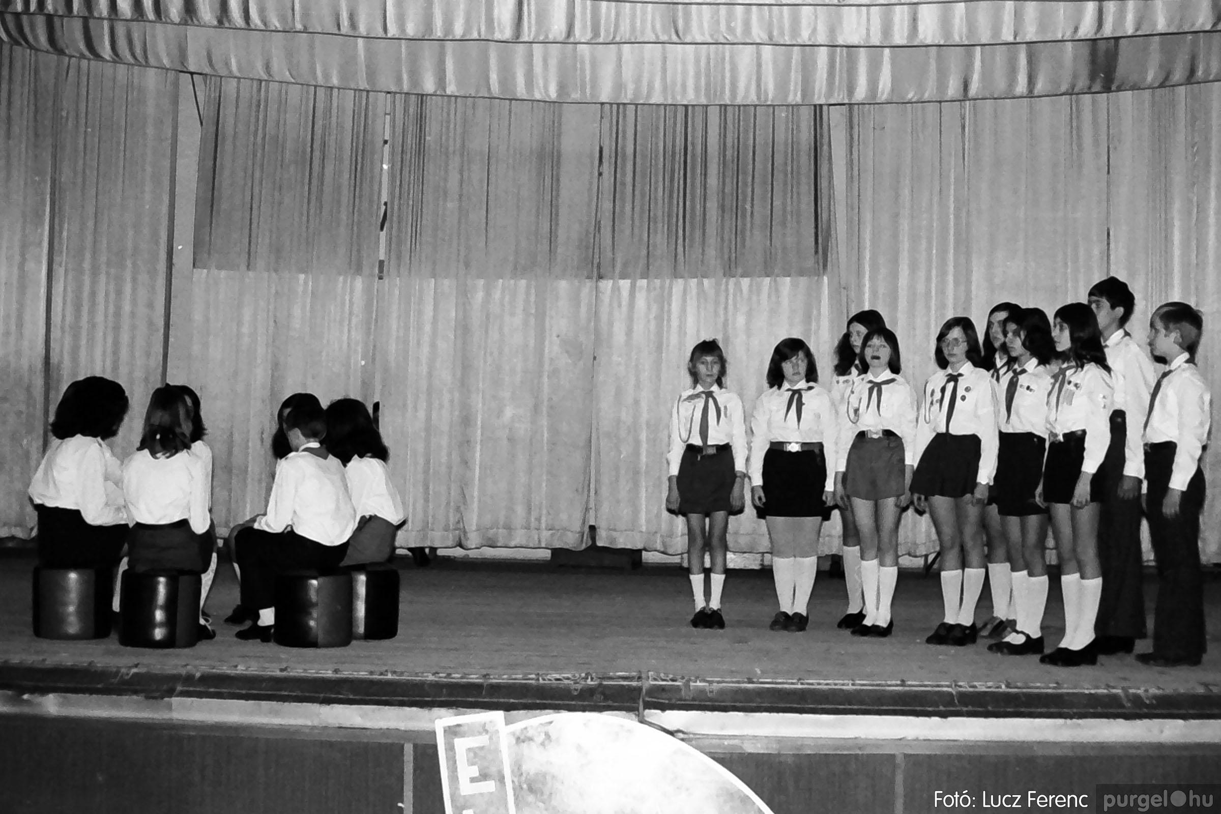 036-037. 1976. Diákprogram a kultúrházban 016 - Fotó: Lucz Ferenc.jpg