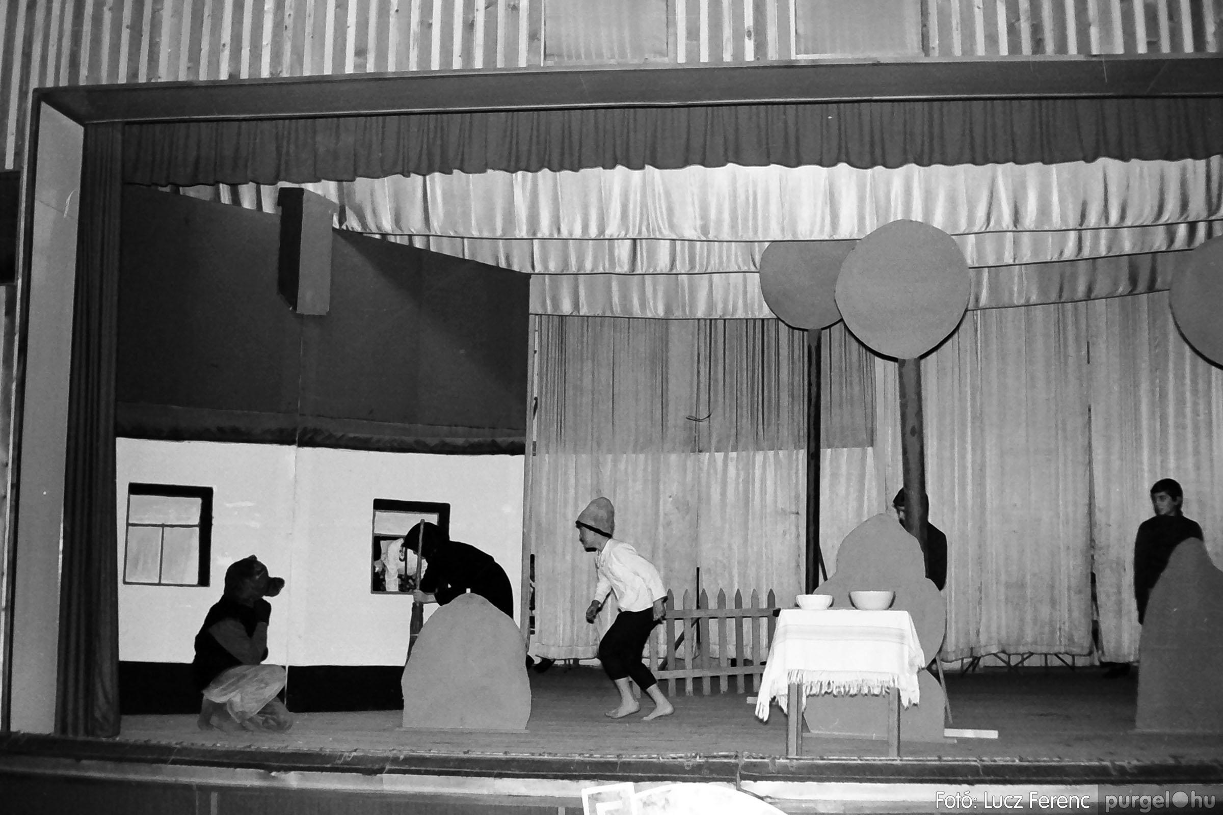 036-037. 1976. Diákprogram a kultúrházban 012 - Fotó: Lucz Ferenc.jpg
