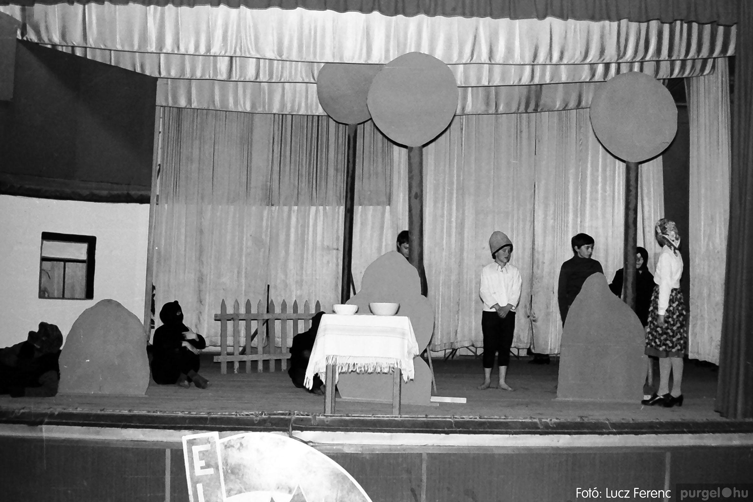 036-037. 1976. Diákprogram a kultúrházban 013 - Fotó: Lucz Ferenc.jpg