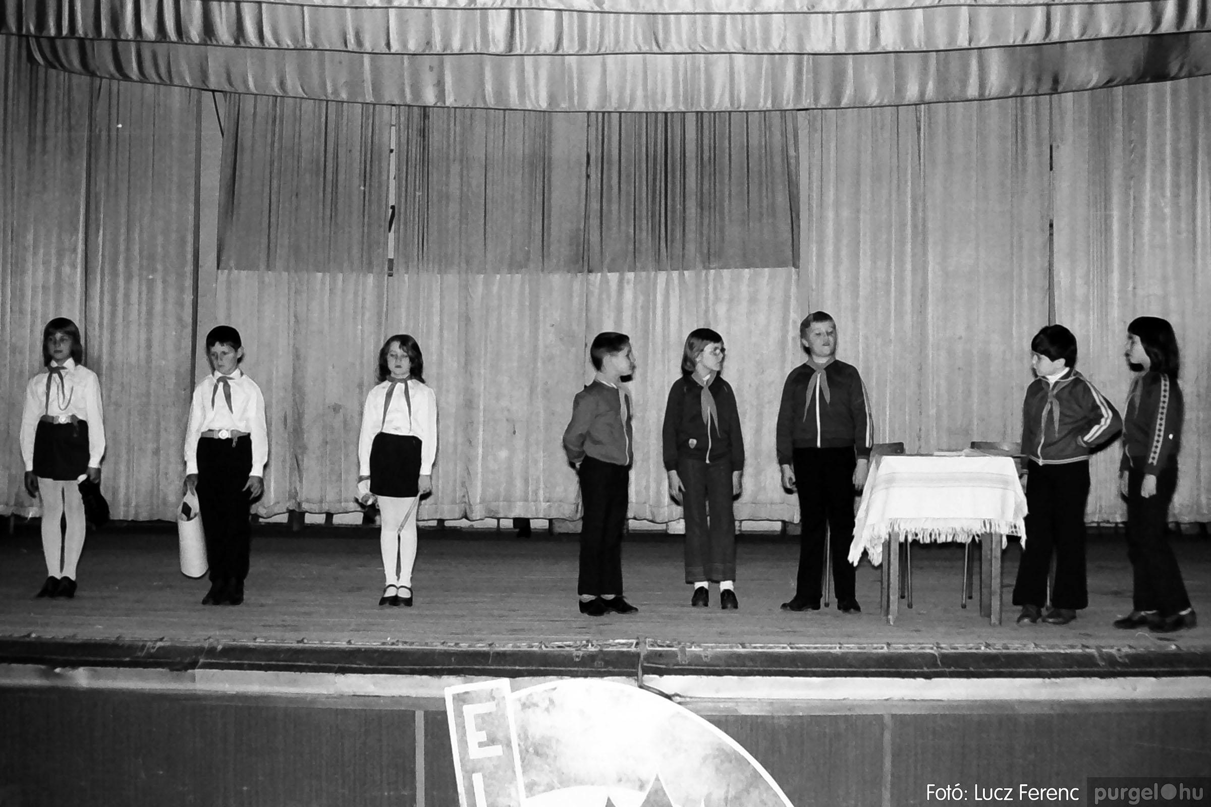 036-037. 1976. Diákprogram a kultúrházban 011 - Fotó: Lucz Ferenc.jpg