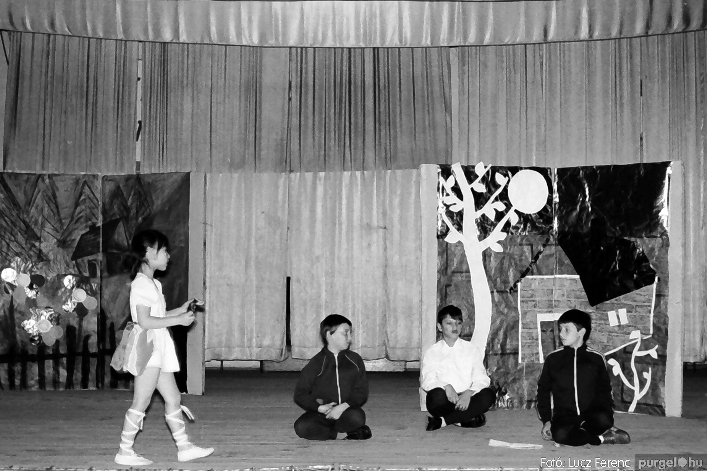 036-037. 1976. Diákprogram a kultúrházban 009 - Fotó: Lucz Ferenc.jpg