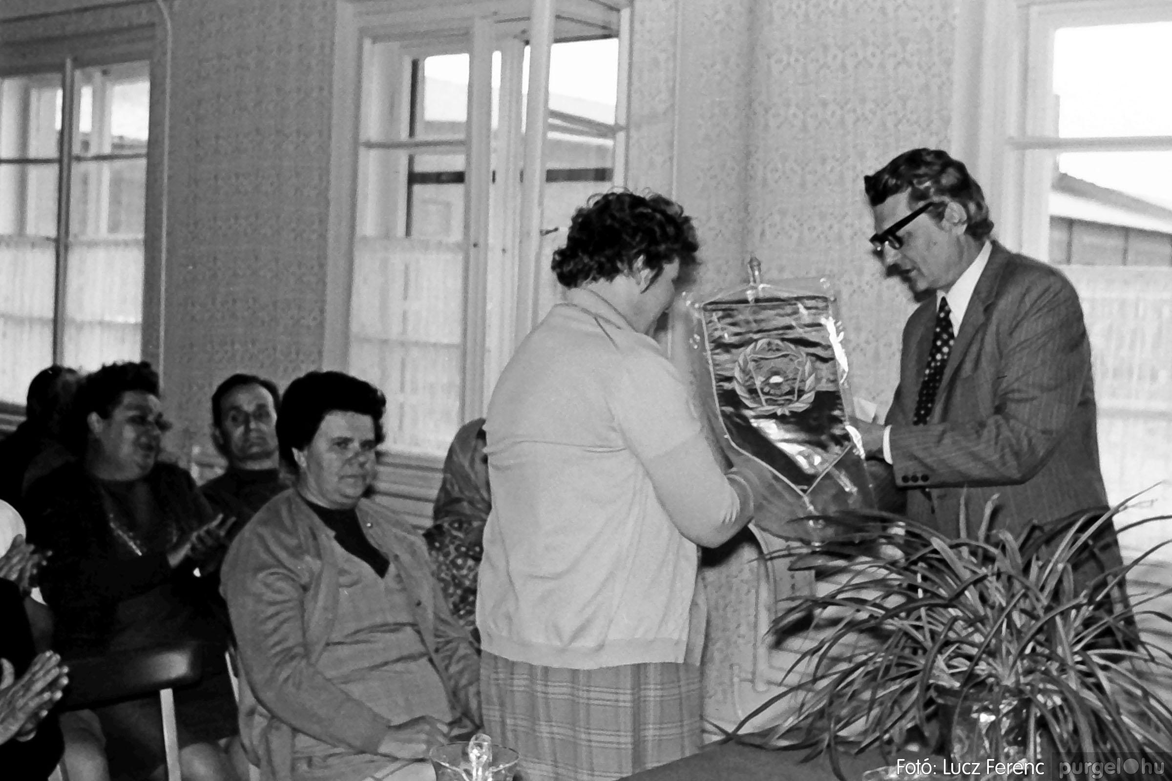 038. 1976. Ünnepség a kendergyárban 015. - Fotó: Lucz Ferenc.jpg