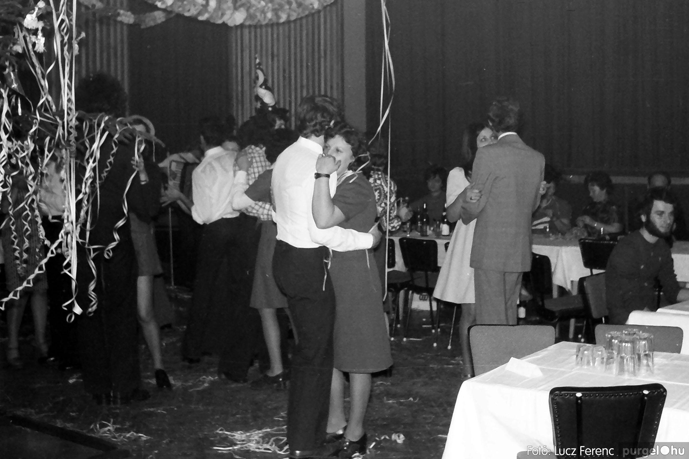030. 1975.12.31. Szilveszter a kultúrházban 019 - Fotó: Lucz Ferenc.jpg