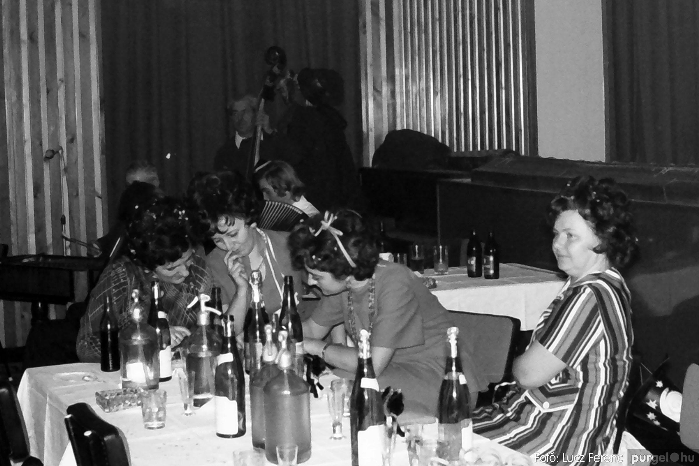 030. 1975.12.31. Szilveszter a kultúrházban 013 - Fotó: Lucz Ferenc.jpg