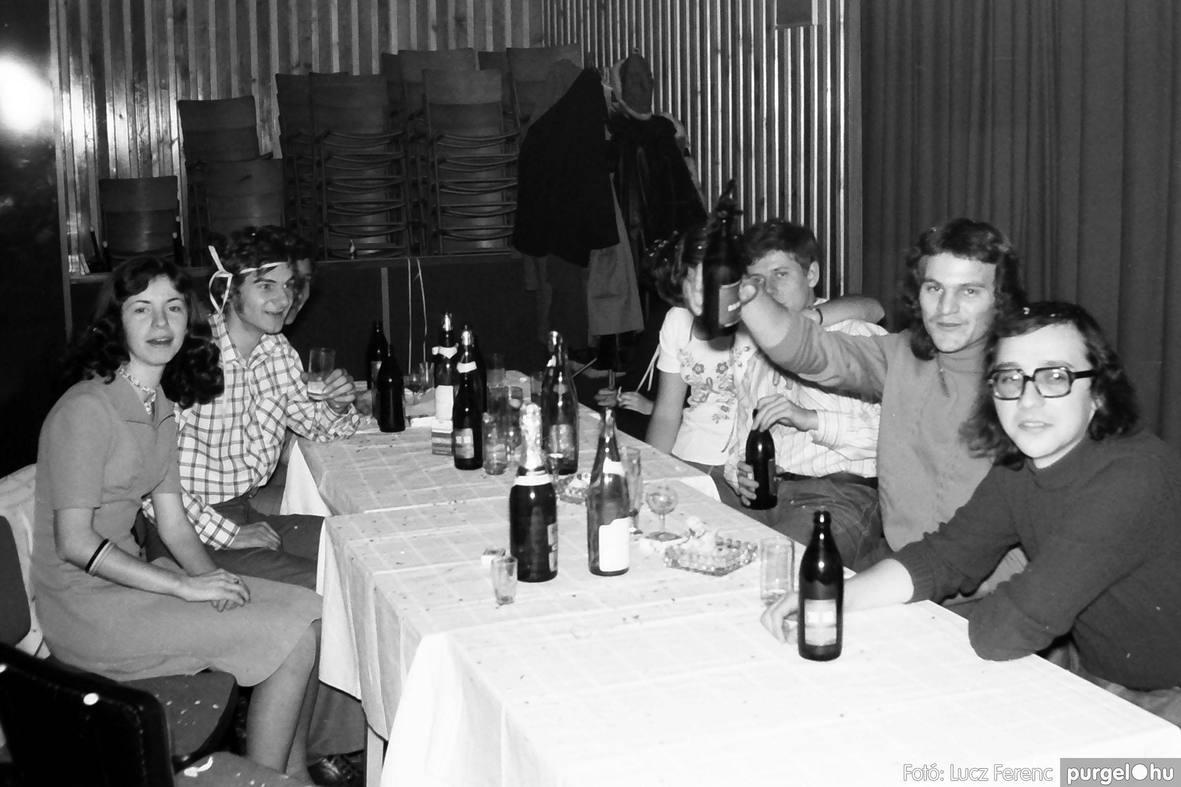 030. 1975.12.31. Szilveszter a kultúrházban 012 - Fotó: Lucz Ferenc.jpg