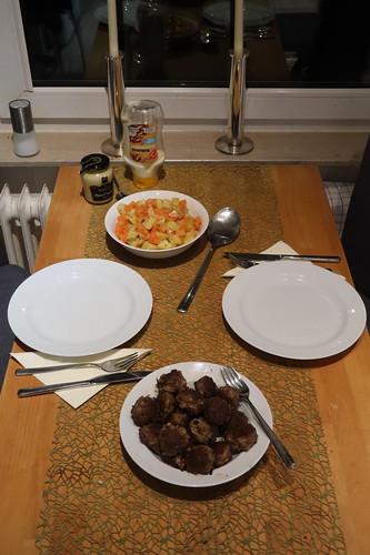 Frikadellen zu Möhren-Kartoffeln-Sellerie-Rahmgemüse (Tischbild)