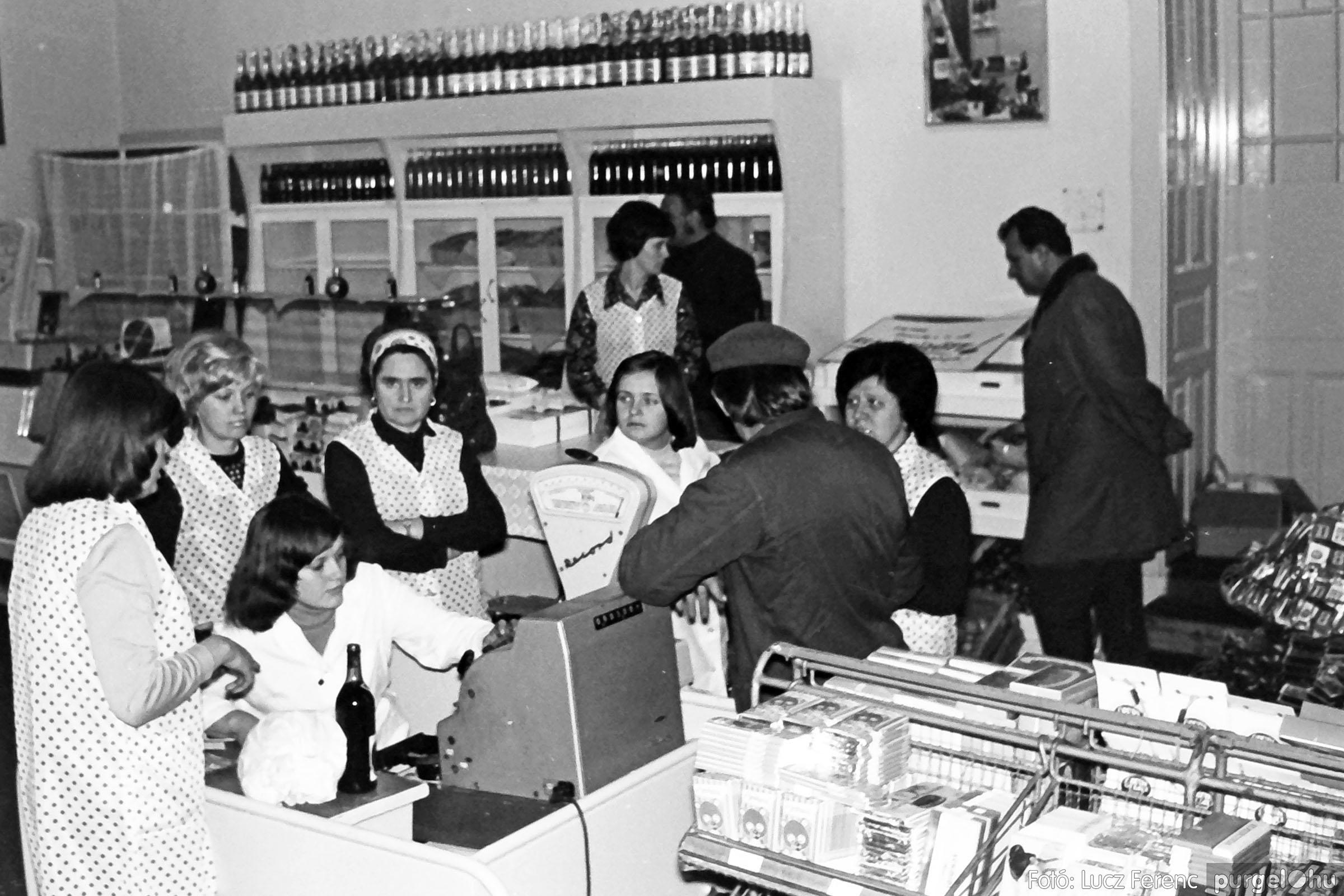 032. 1976. Önkiszolgáló a régi mozi helyén 010 - Fotó: Lucz Ferenc.jpg