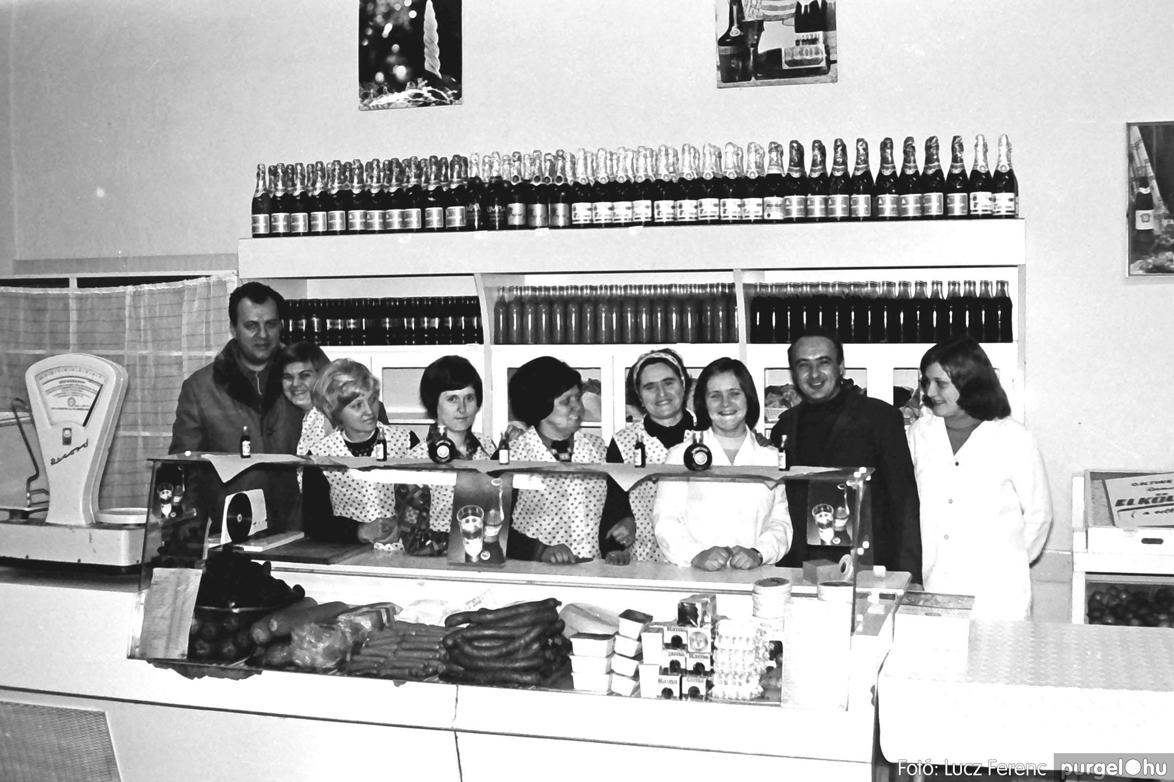 032. 1976. Önkiszolgáló a régi mozi helyén 008 - Fotó: Lucz Ferenc.jpg