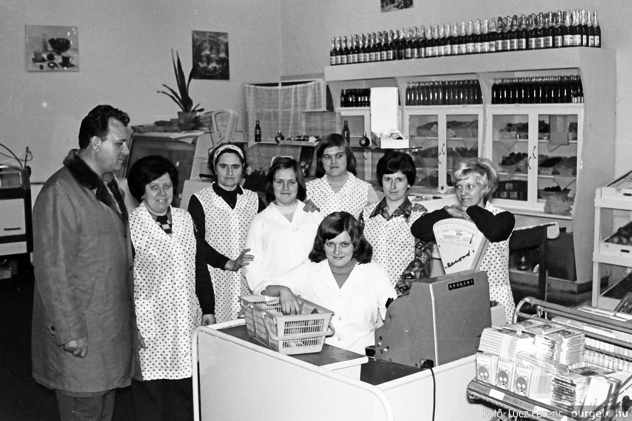 032. 1976. Önkiszolgáló a régi mozi helyén 006 - Fotó: Lucz Ferenc.jpg