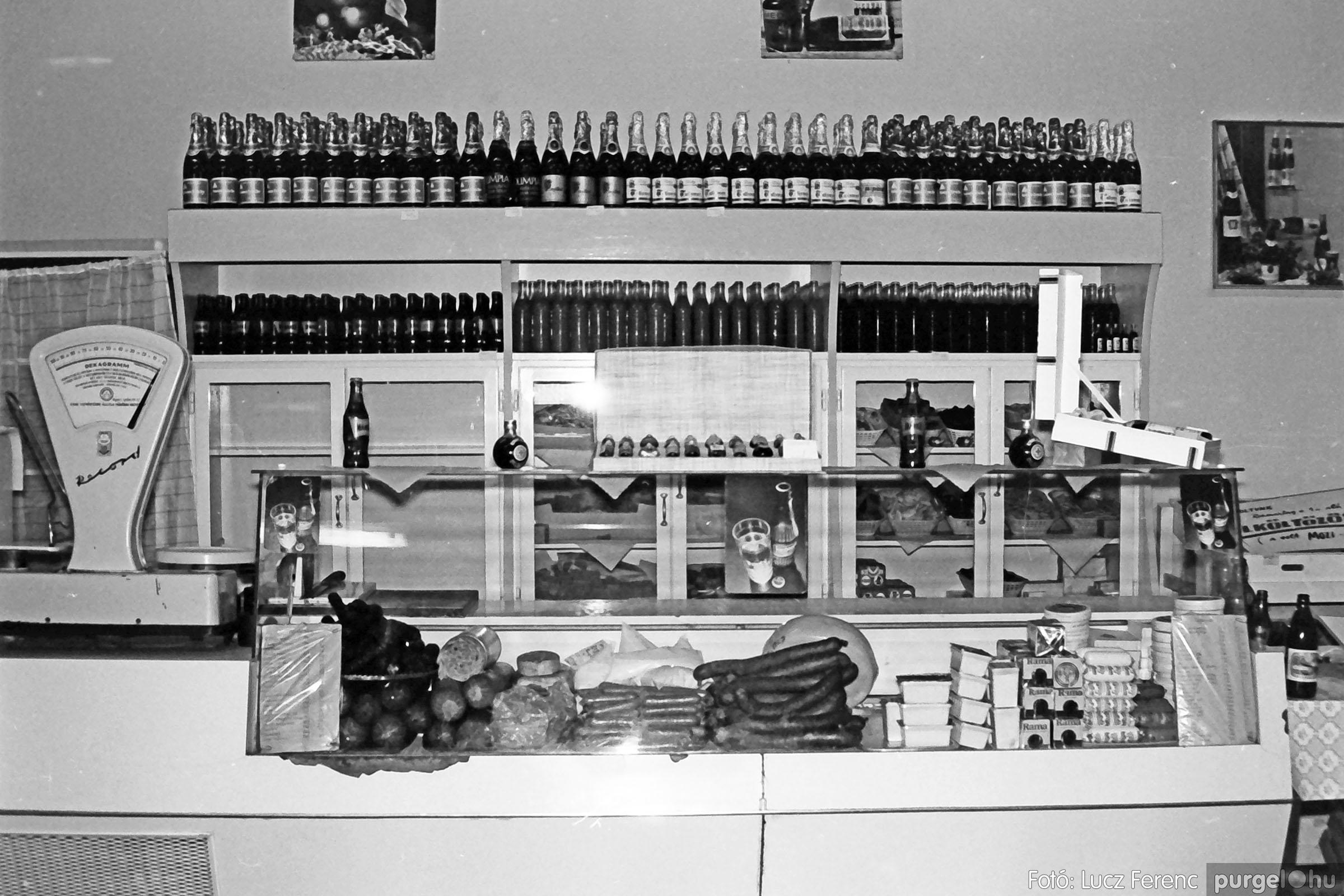 032. 1976. Önkiszolgáló a régi mozi helyén 003 - Fotó: Lucz Ferenc.jpg