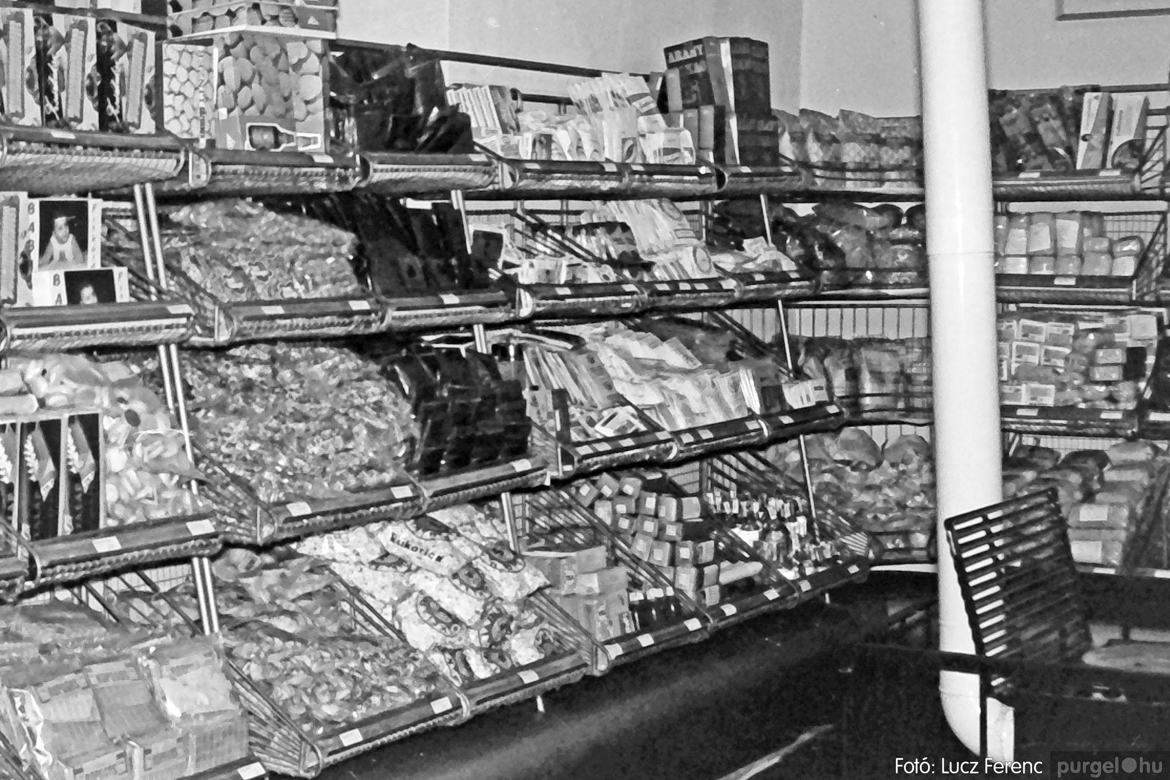 032. 1976. Önkiszolgáló a régi mozi helyén 001 - Fotó: Lucz Ferenc.jpg